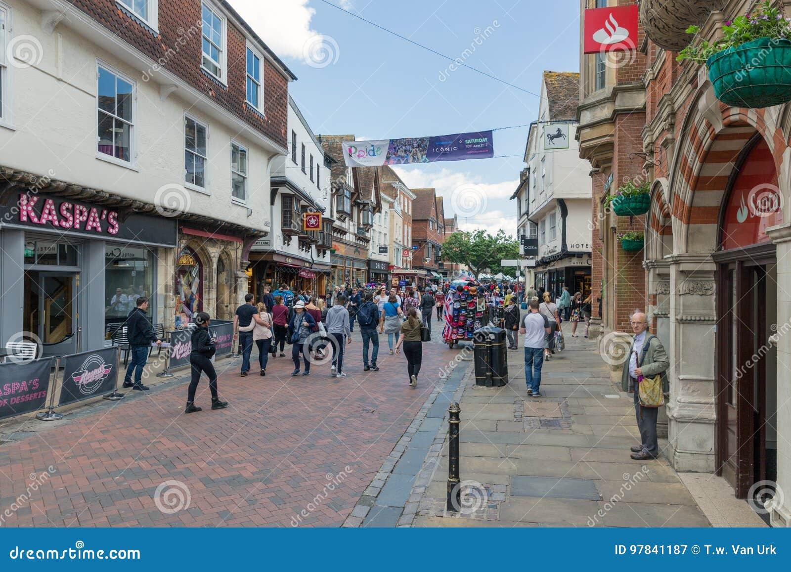 Einkaufsstraße mit Leute in die Stadt alter historischer Canterbury-Verdichtereintrittslufttemperat