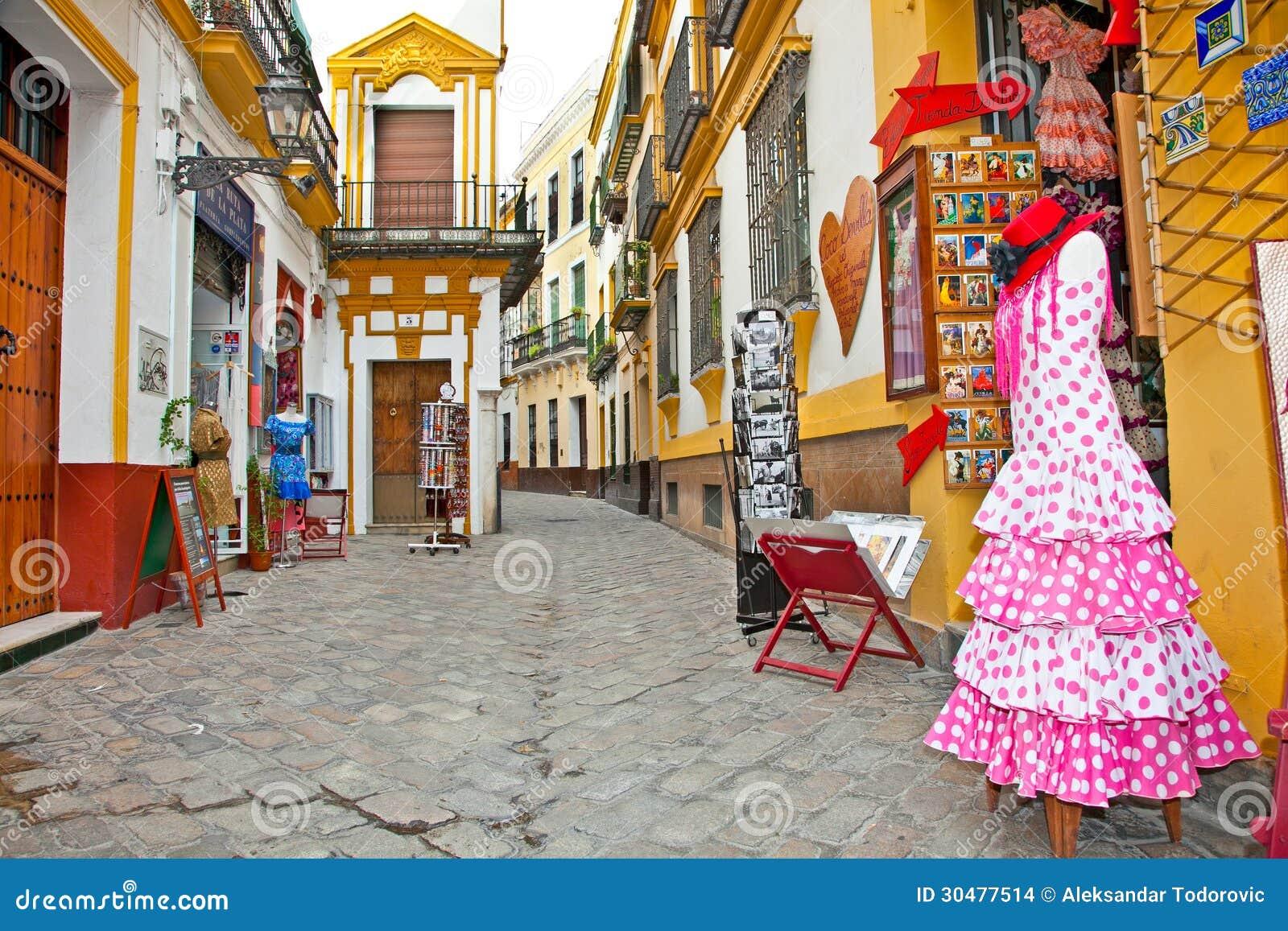 Einkaufsstraße mit typischem Flamencokleid in Sevilla, Spanien.