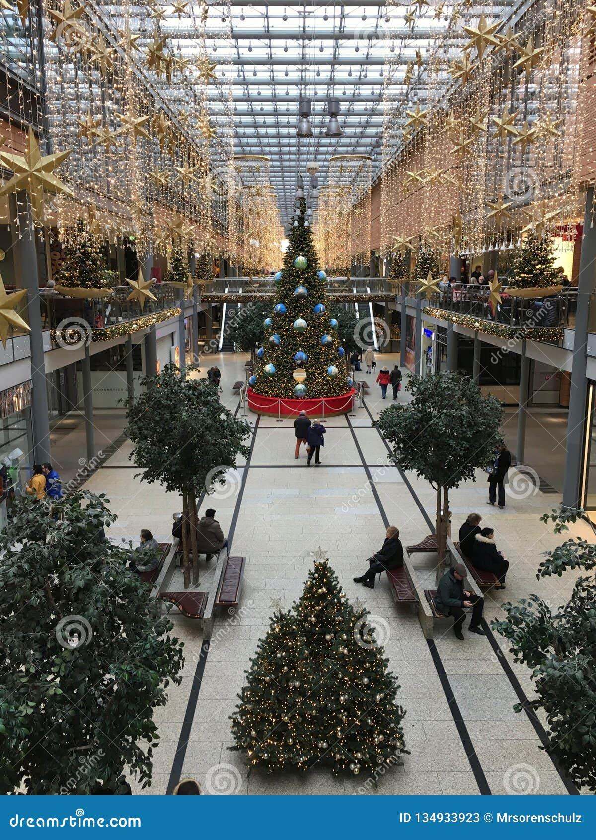 Einkaufszentrum Potsdamer Platz Arkaden in der Weihnachtsdekoration mit enormem Weihnachtsbaum, Girlanden und Lichtern