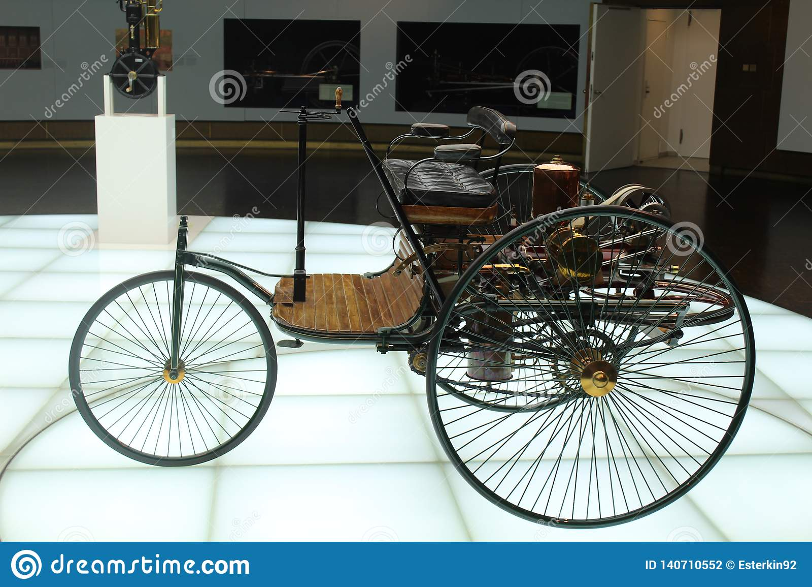 Eins der ersten Modelle des Autos Mercedes