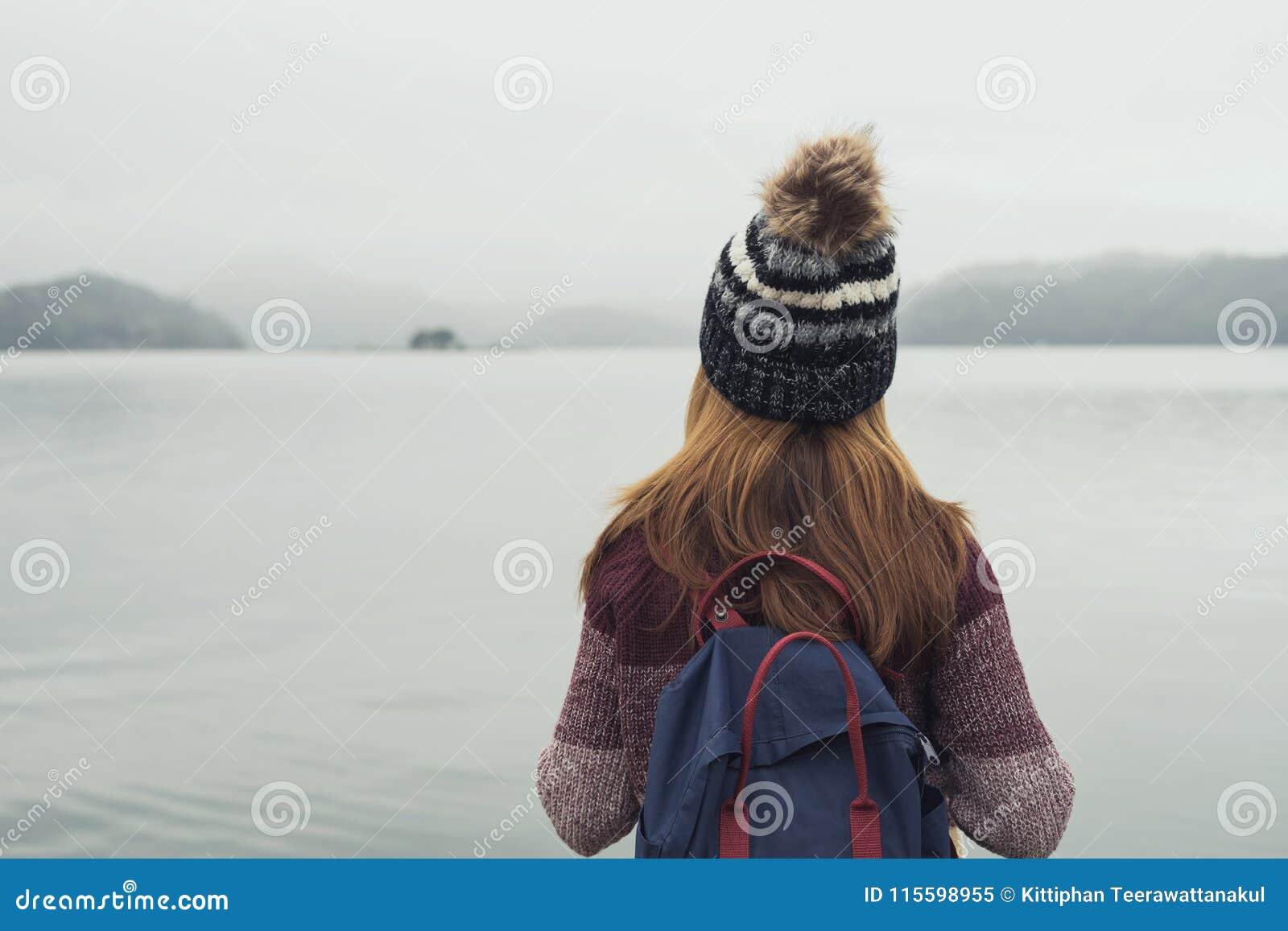 Einsame Frau, die abwesendes gekümmert steht
