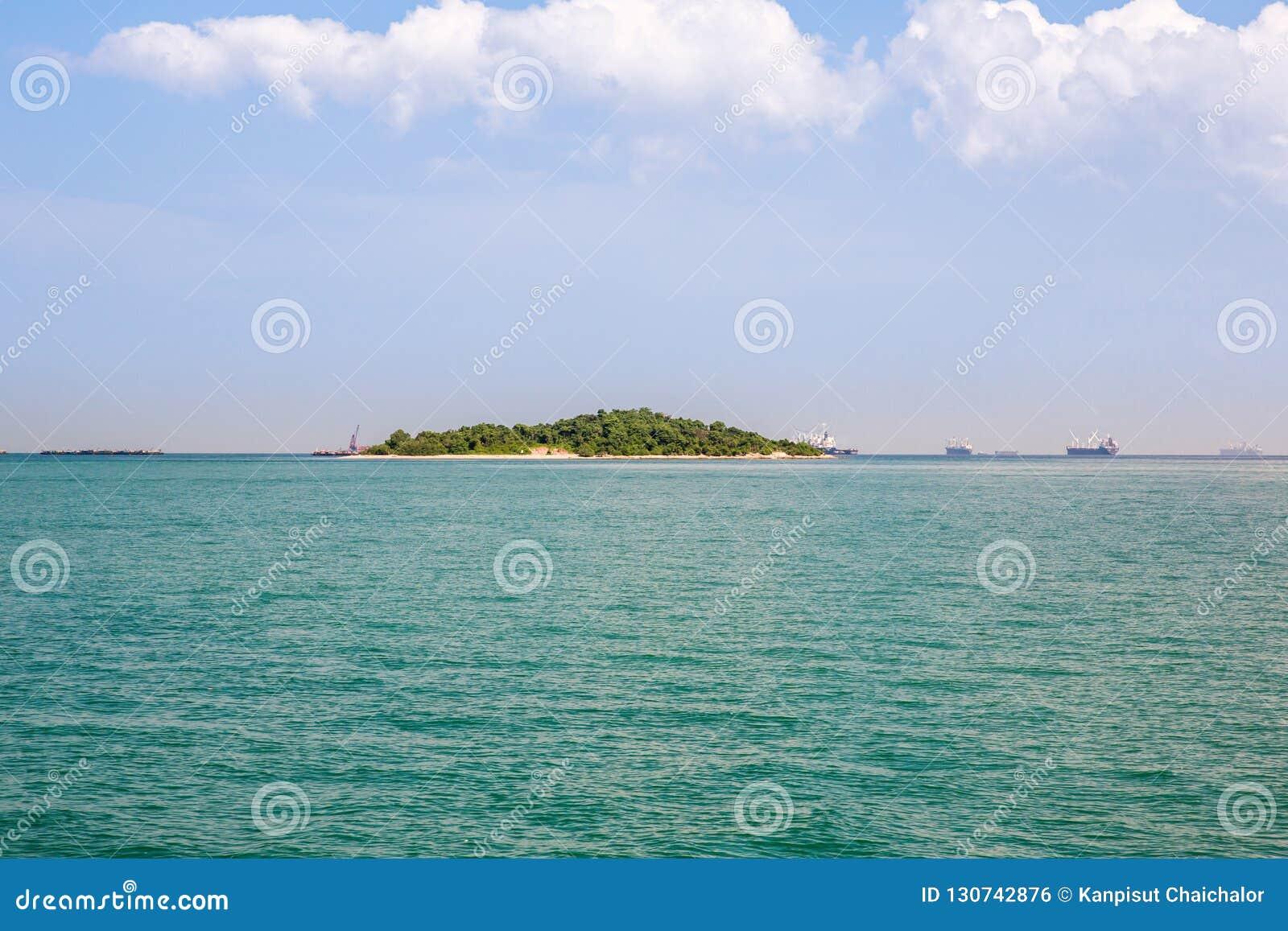Einsame Insel blaues Paradise Tropische Insel Überraschender Strandhintergrund für Sommerreise und Ferienkonzeptentwurf