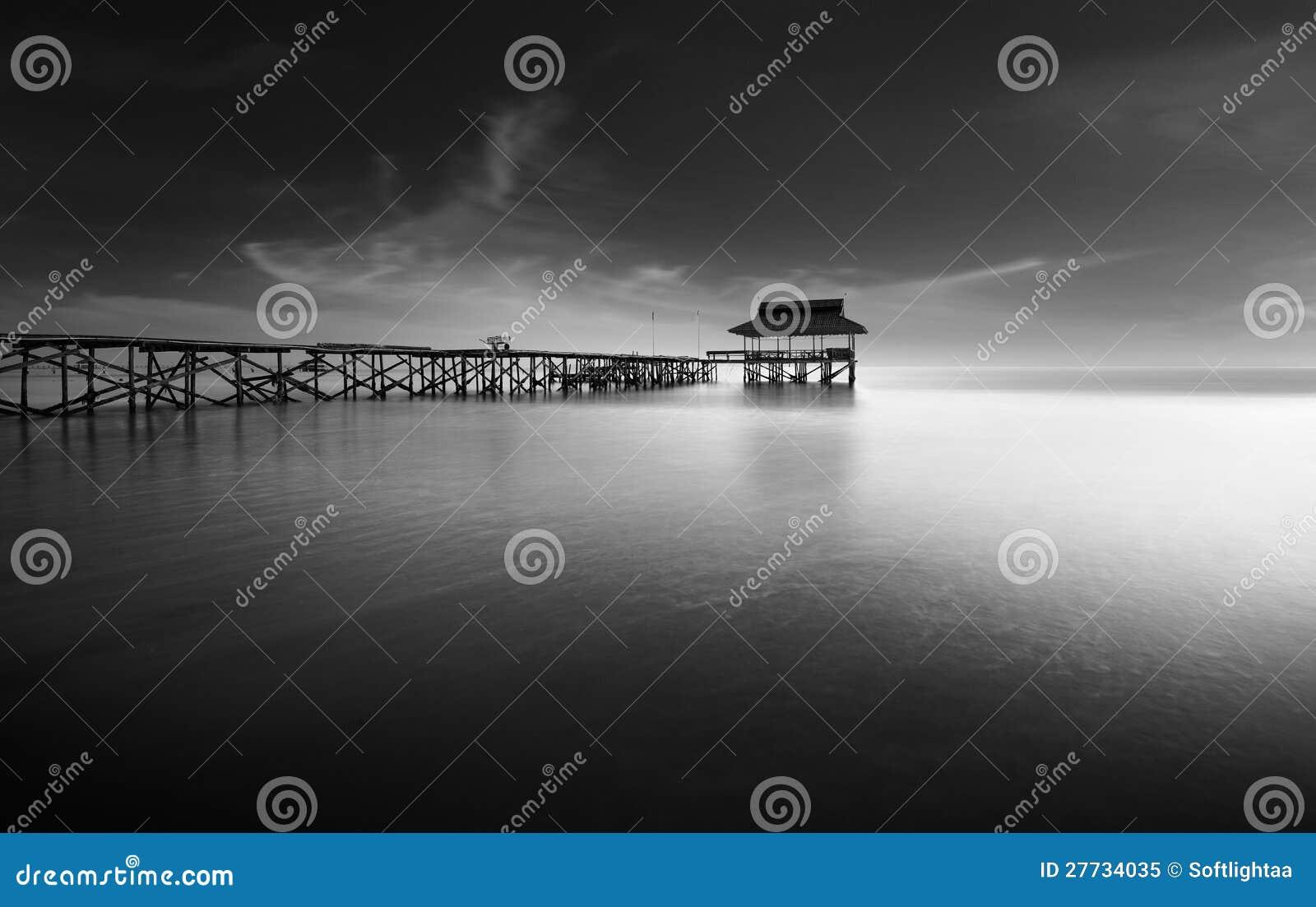 Einsamer alter Pier bei Ebbe