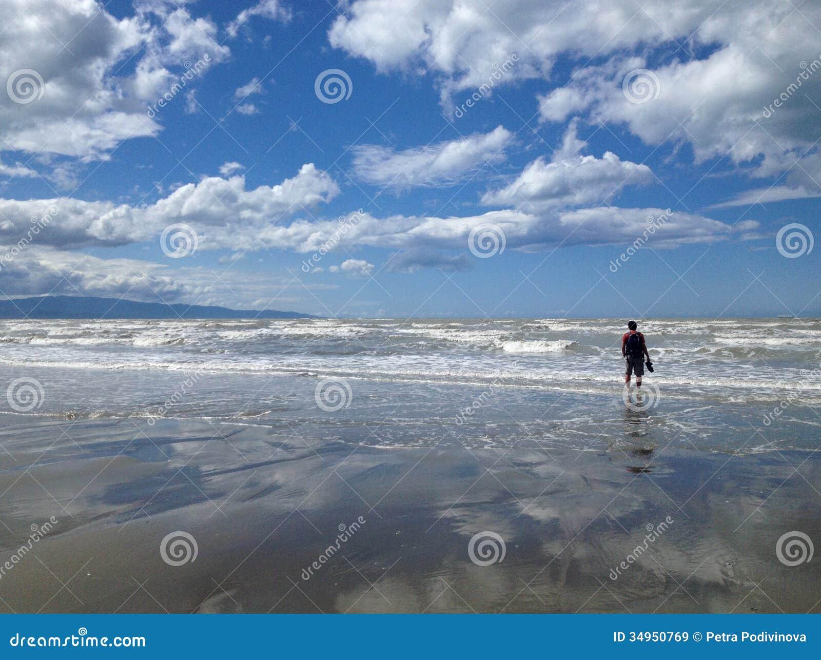 Einsamer Mann auf dem Strand