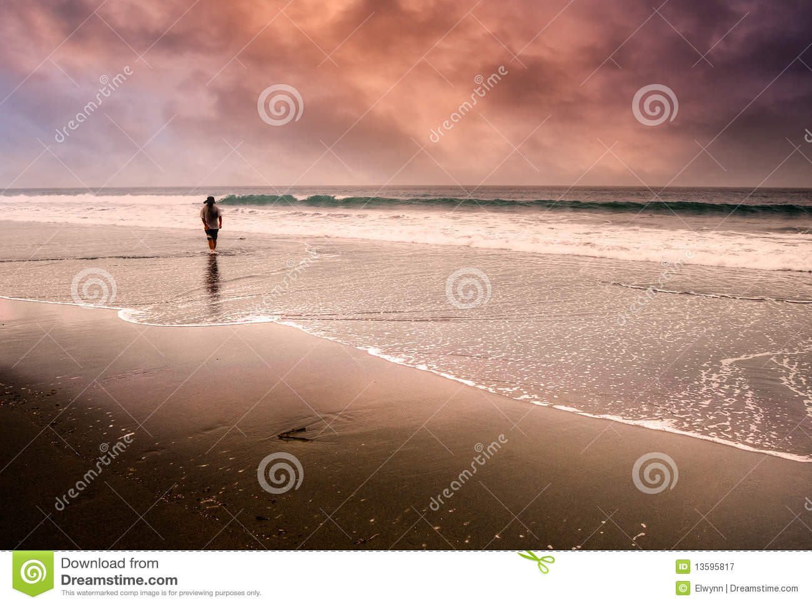 Einsamer Mann, der am Strand geht