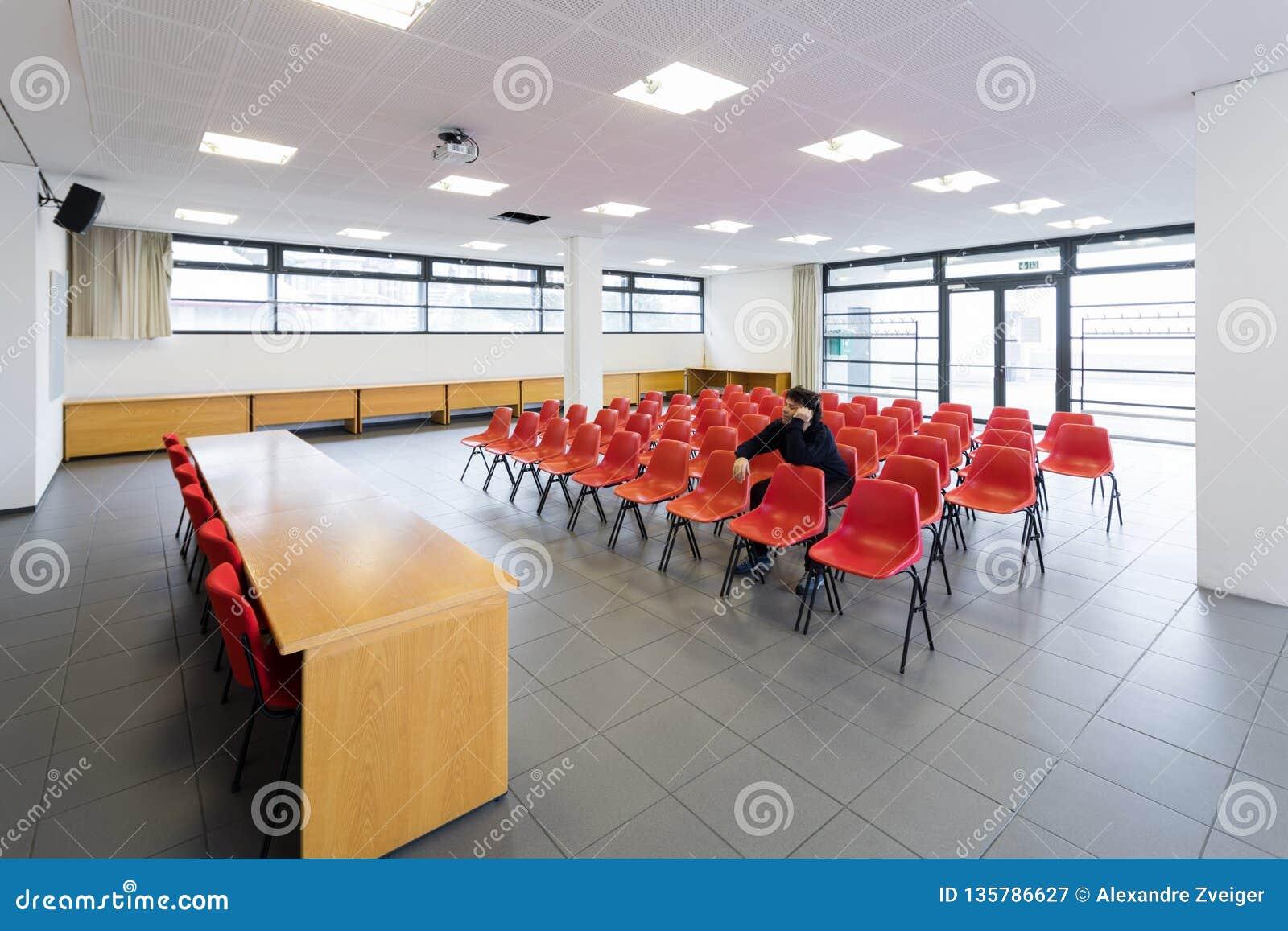 Einsamer Mann im leeren Konferenzsaal, Konzept
