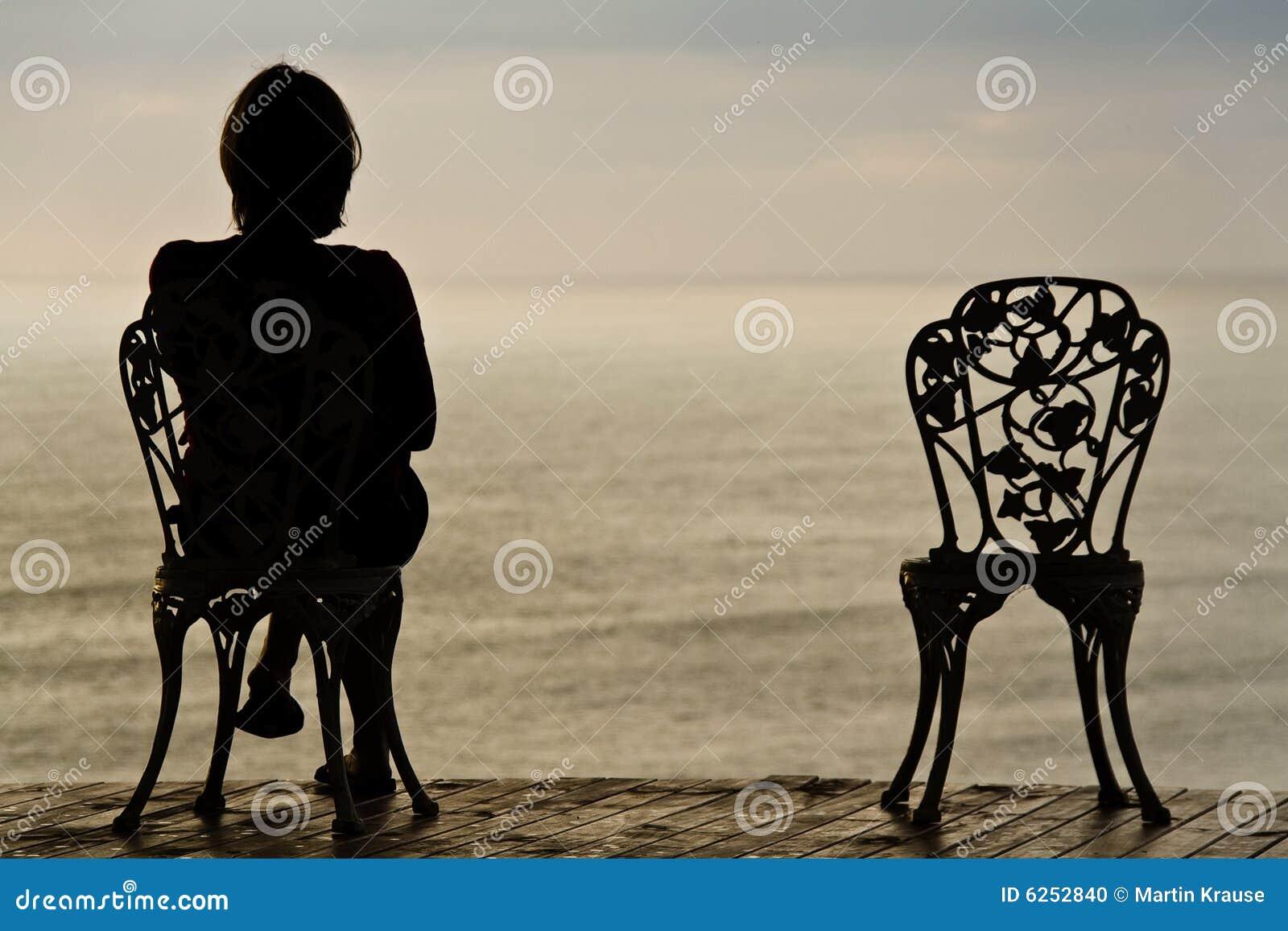 Einsames Mädchen auf einem Stuhl