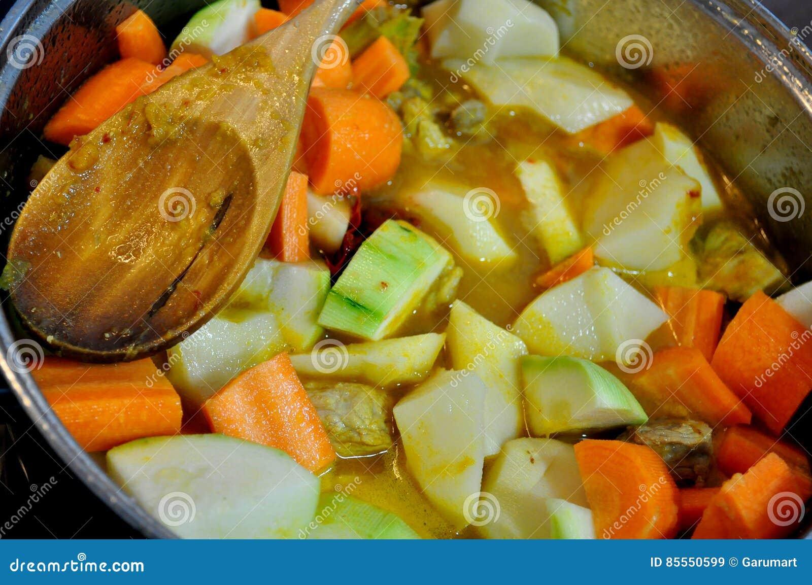 Eintopfgericht mit Fleisch und Gemüse