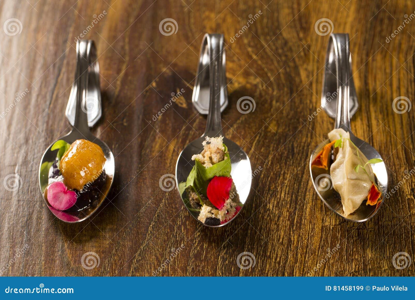 Eintritt, Zutritt und Nachtisch des Fingerfoods in einem Löffel