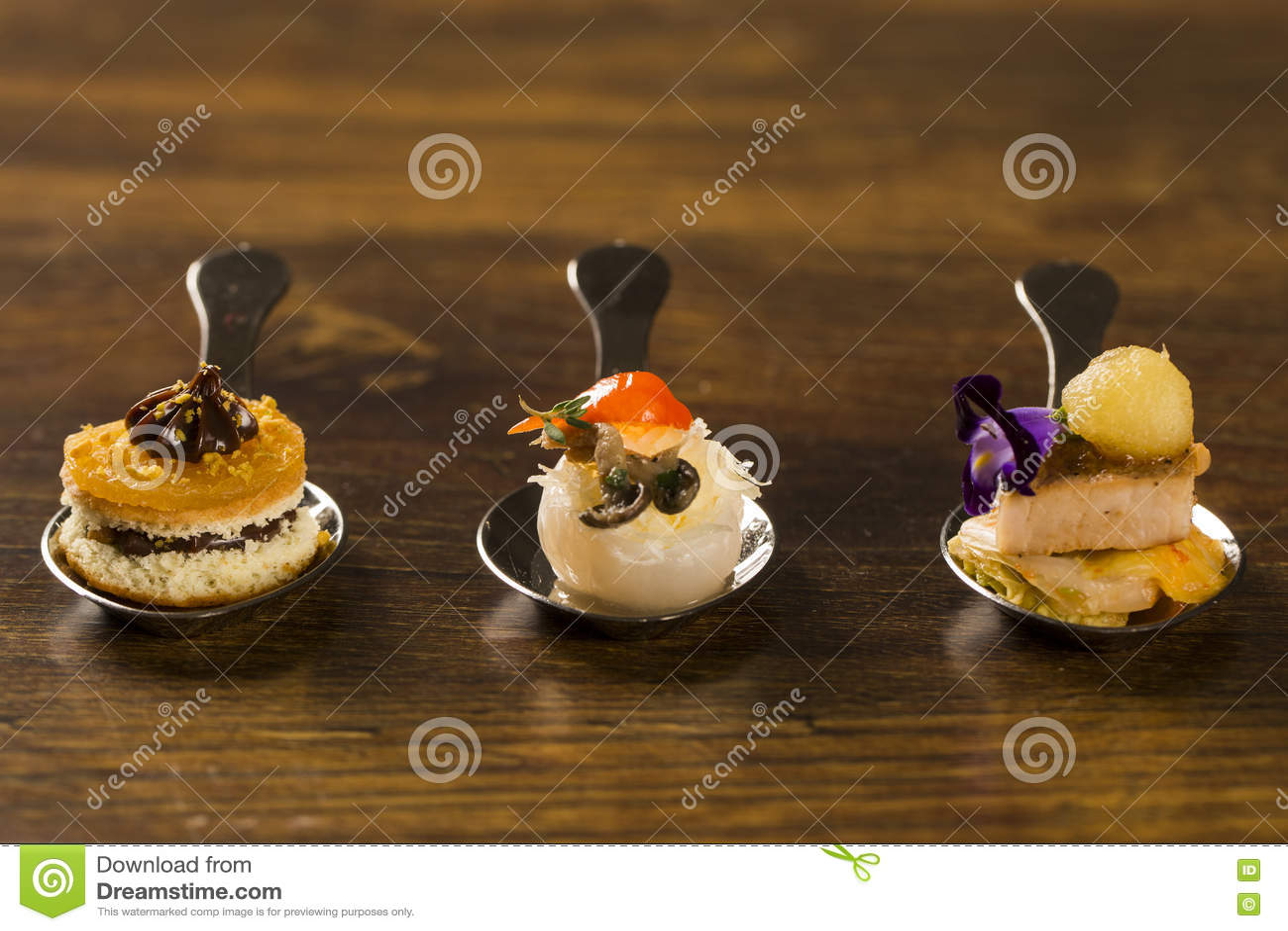 Eintritt, Zutritt und Nachtisch des Fingerfoods in einem Löffel Geschmack gastr