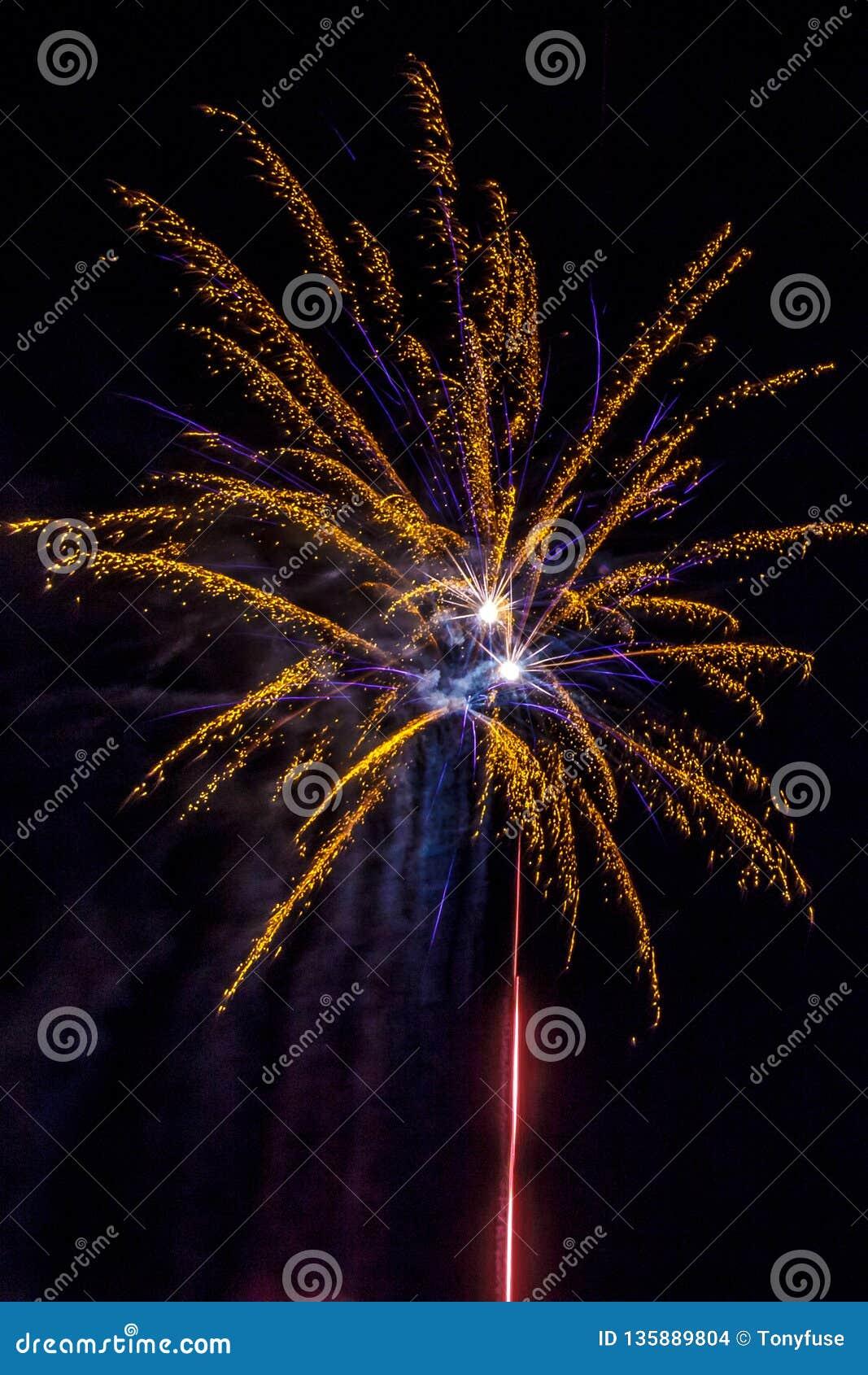 Einwohnerstarke festliche Feuerwerke