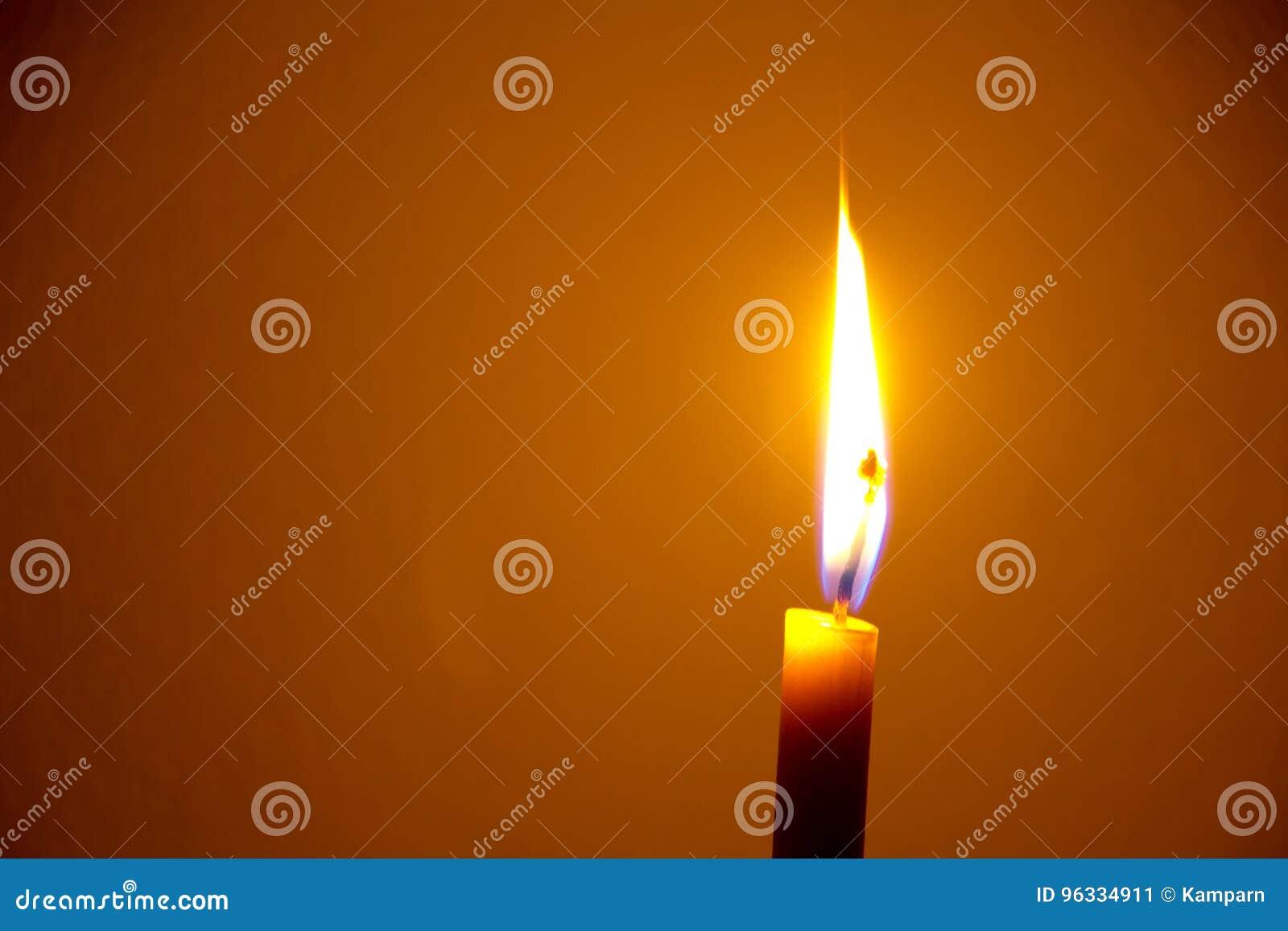 Einzelne Kerze auf schwarzem Hintergrund
