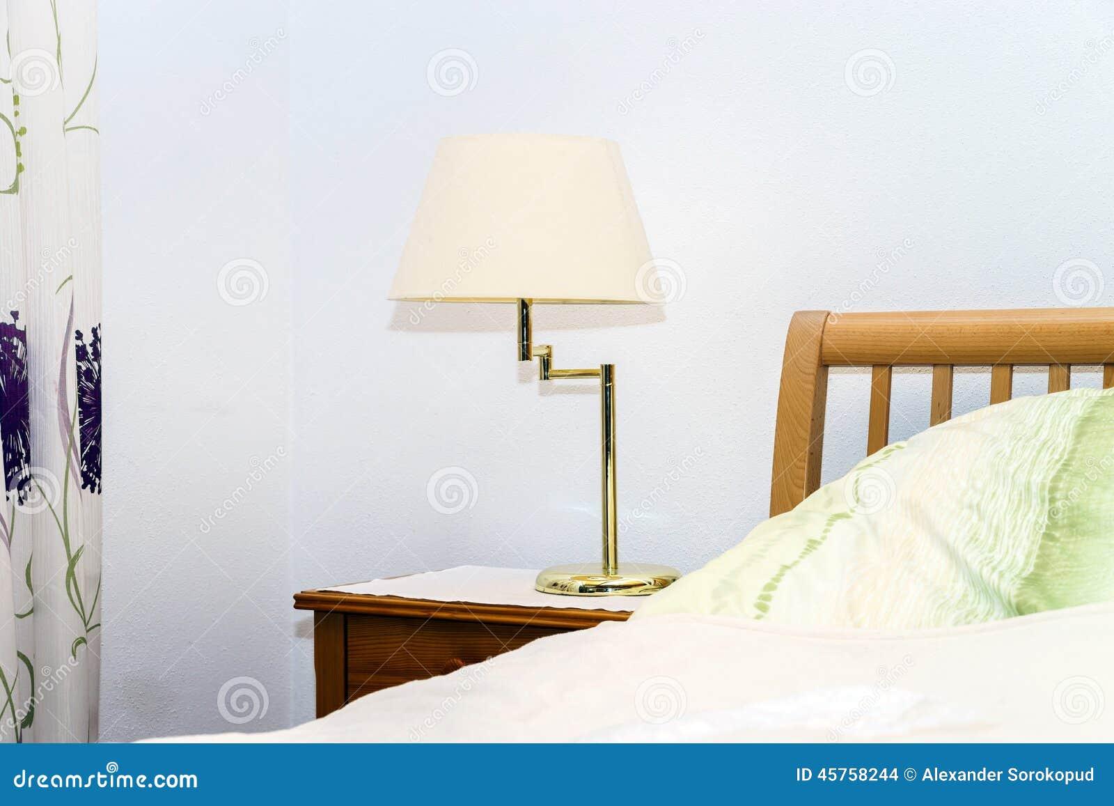 Einzelne Nachtlampe Im Schlafzimmer Stockfoto - Bild von bett ...