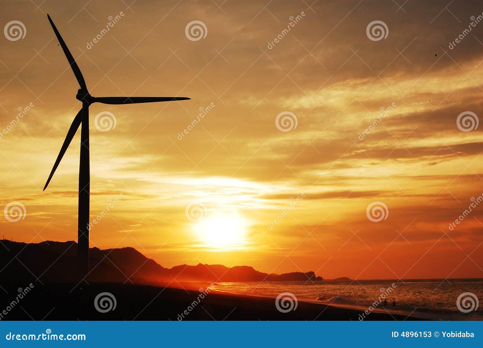 Einzelne Windturbine am sunse