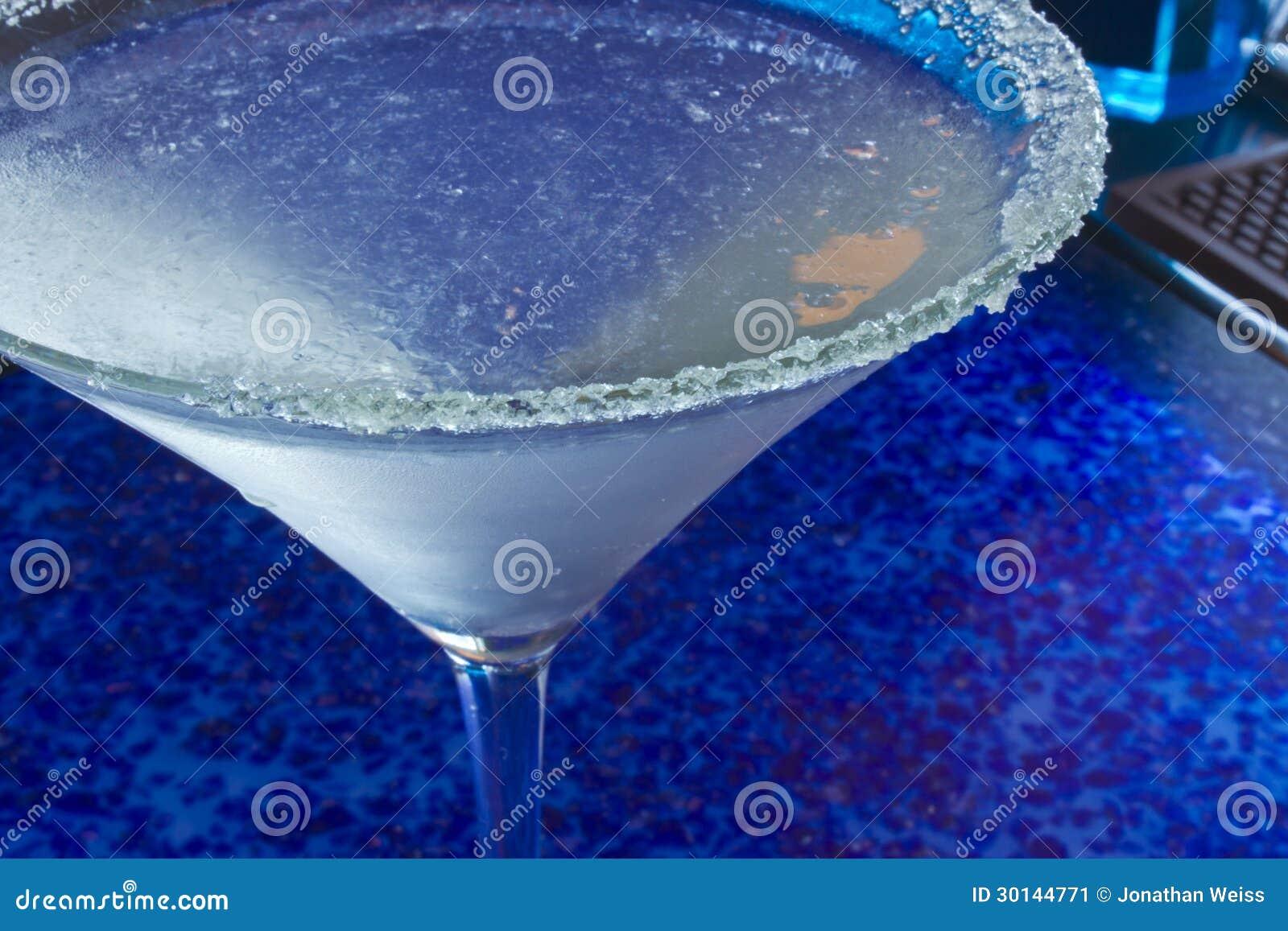 Eiskalter Martini - blauer Hintergrund