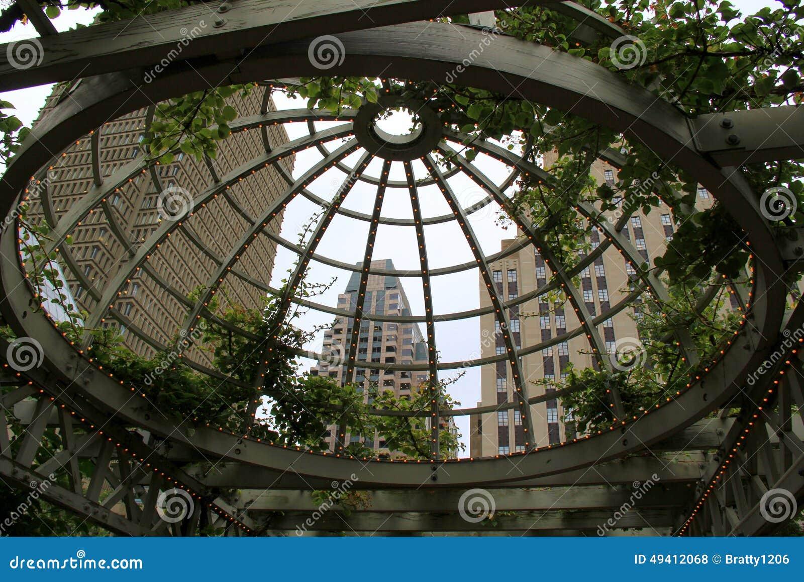 Download Einzigartige Ansicht Von Stadtbild Gesehen Durch Freiluftstruktur Stockfoto - Bild von unterseite, park: 49412068