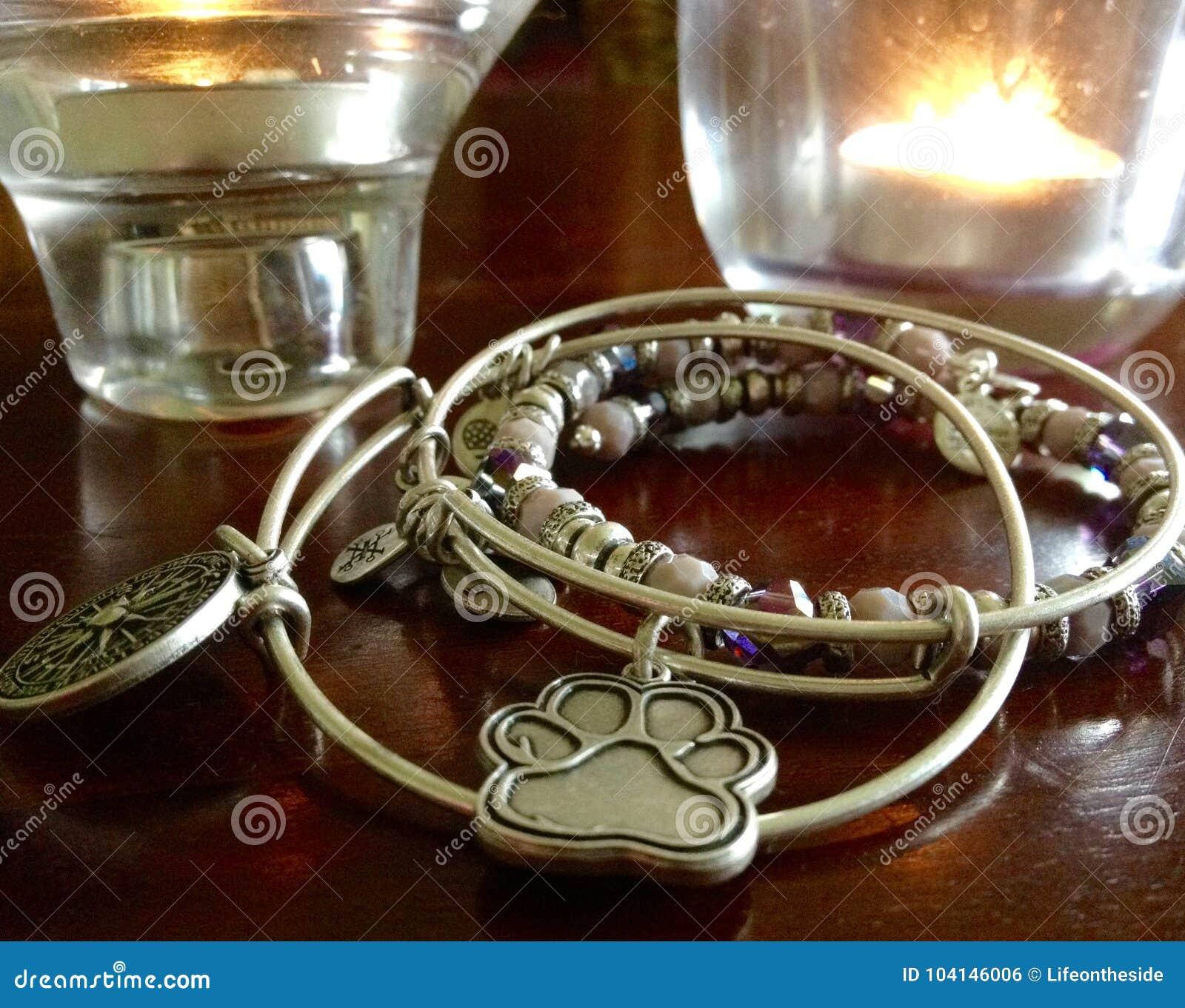 Einzigartiger handgefertigter silberner Armbandcharme, Kristalle