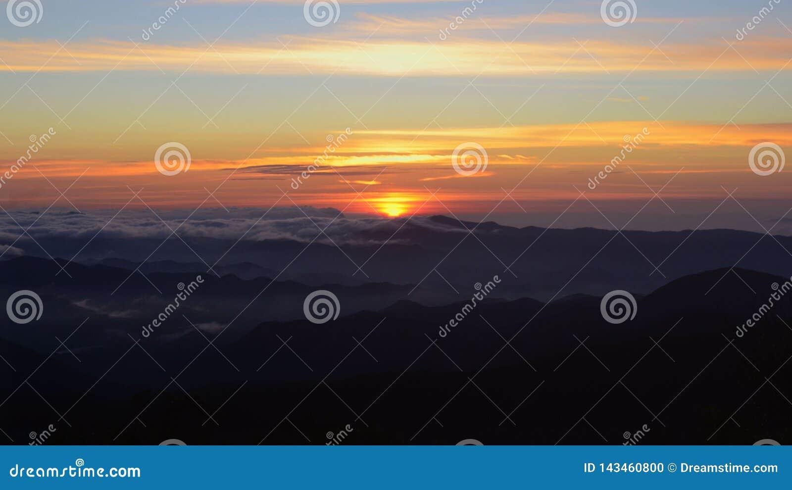 Einzigartiger Sonnenuntergang in den Bergen bedeckt mit Wolken