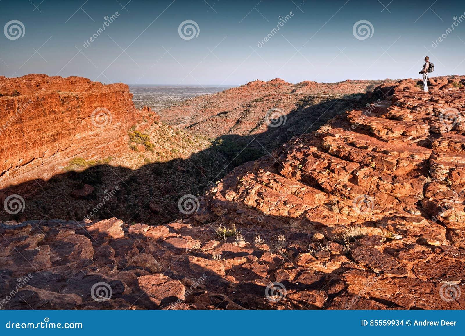 Einziger weiblicher Wanderer schaut über Königen Canyon im Morgenlicht