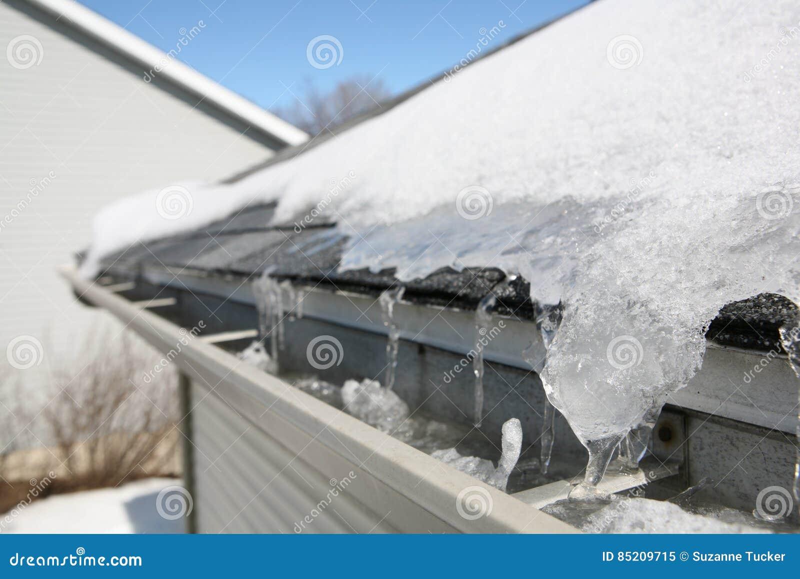 Eis auf Dach und Gossen