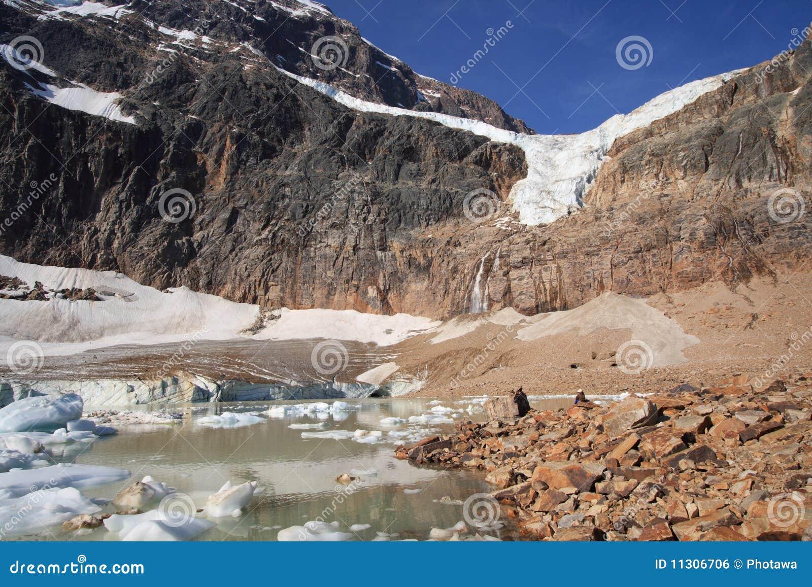 Eis und Felsen in Cavell Teich