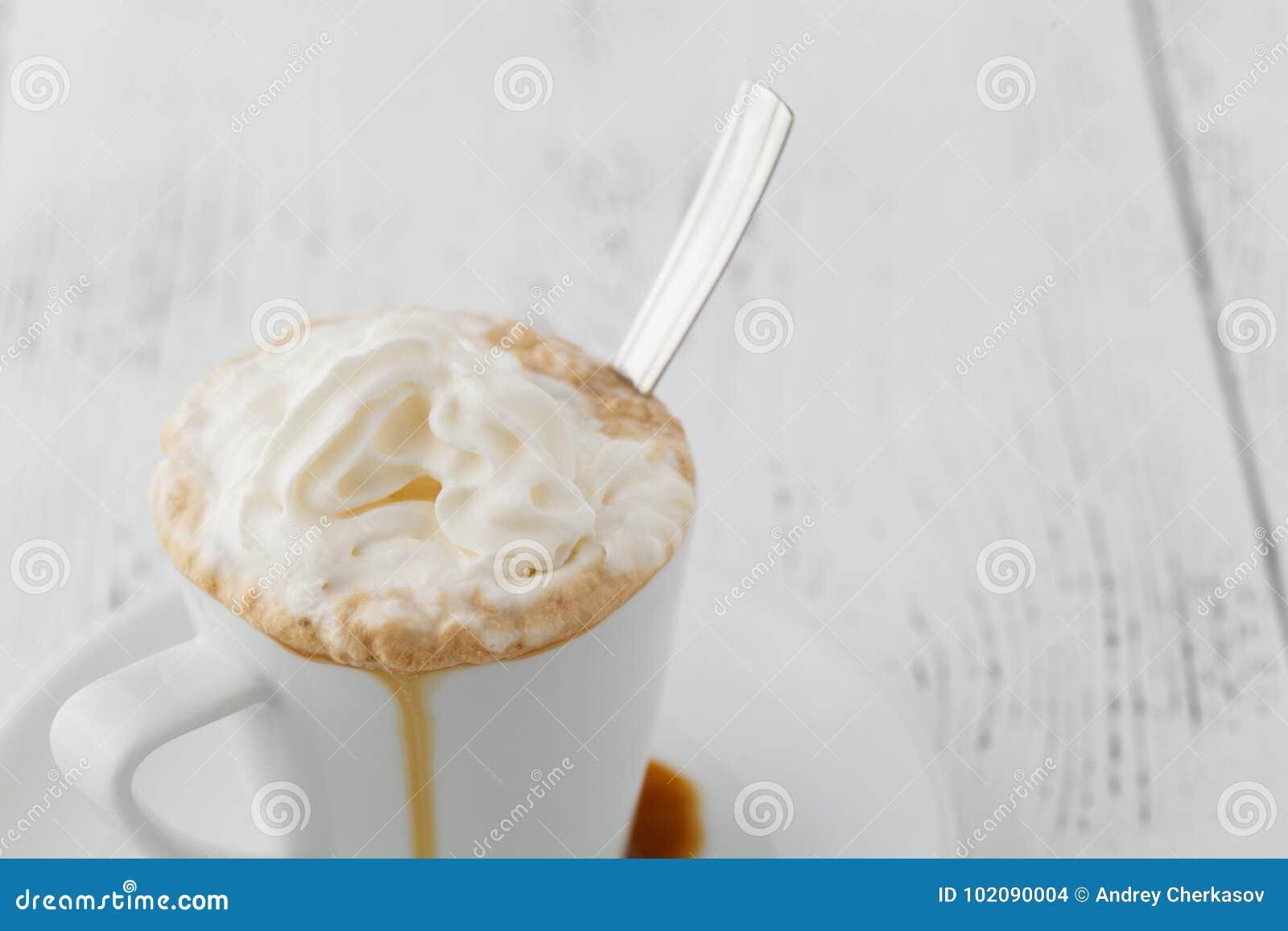 Eis und Whip Cream Frappe Coffee With-Schokoladen-Belags-Abschluss oben