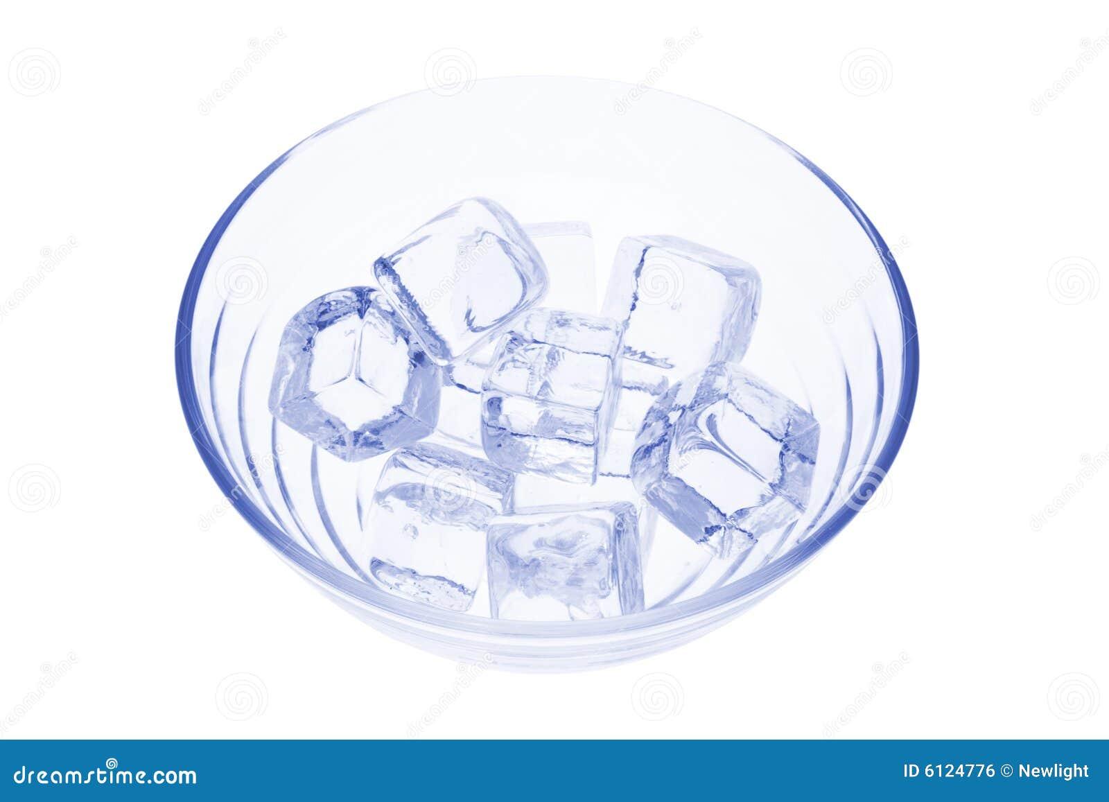 Eis-Würfel in der Glasschüssel