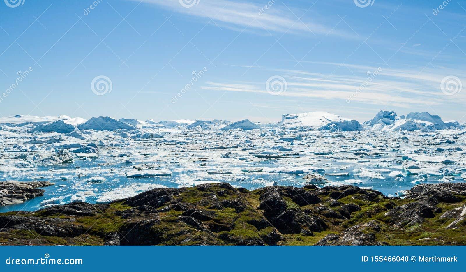 Eisberg und Eis vom Gletscher in der drastischen arktischen Naturlandschaft auf Grönland