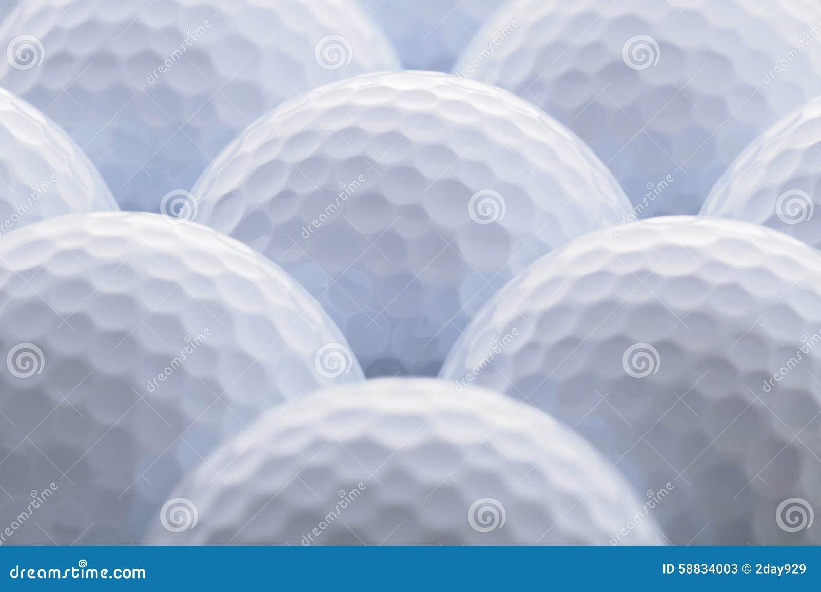 Eisen, das Golfball in der Bewegung schlägt