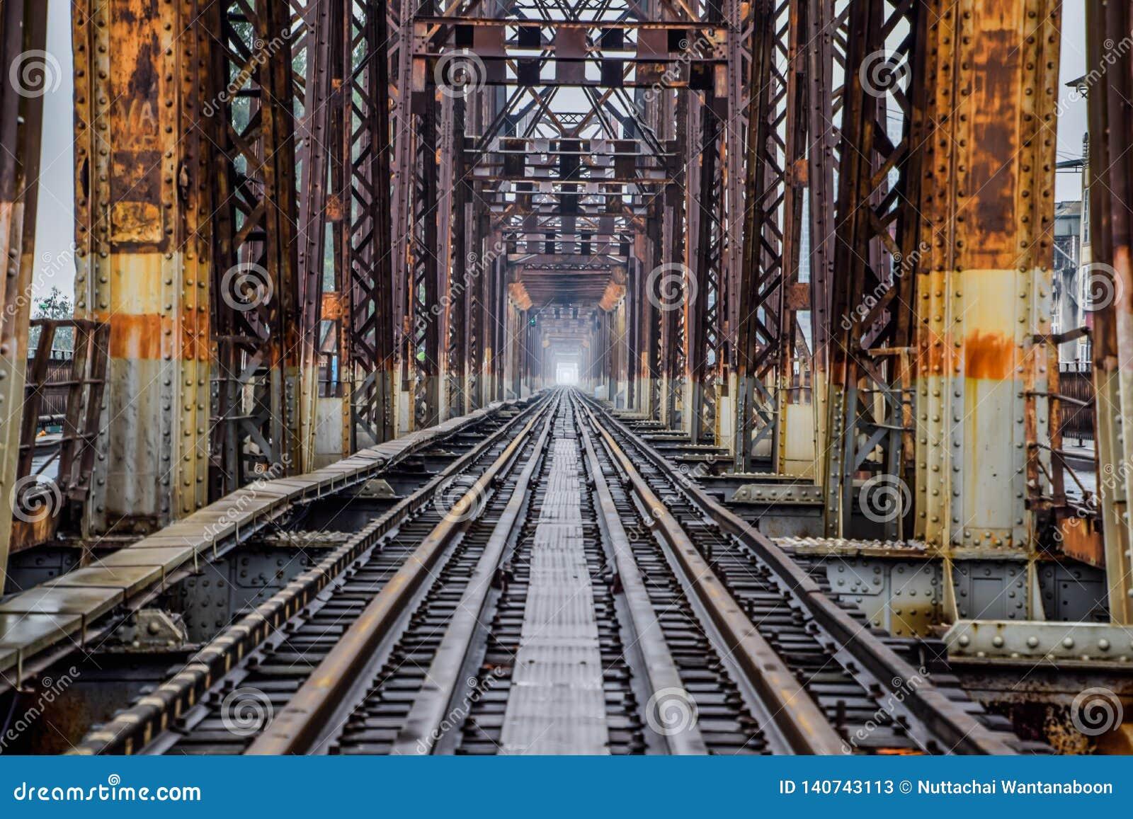 Eisenbahn auf langer Bien-Brücke in Hanoi, Vietnam, wurde es ursprünglich Paul Doumer Bridge genannt