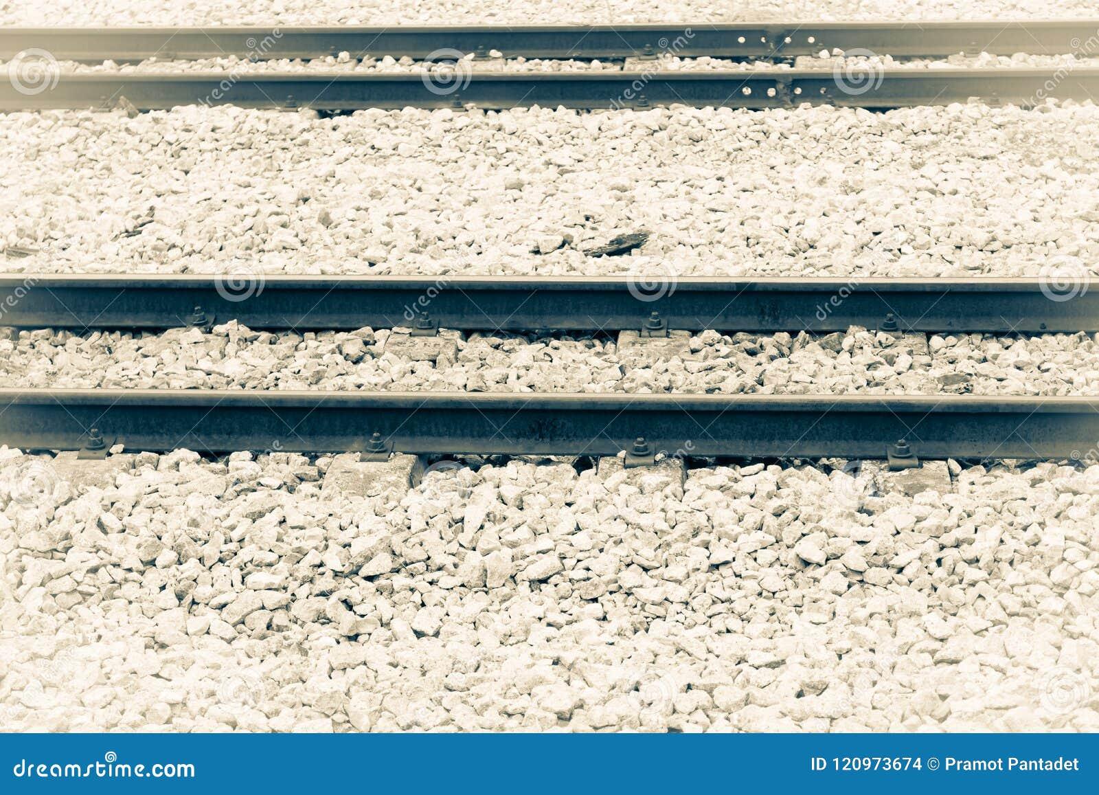 Eisenbahnlinie auf Kies für Zugtransport Einfarbige Weinleseart