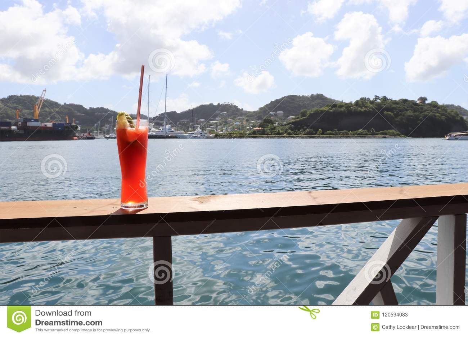 Eiskaltes Getränk auf einer Schiene mit Ozean- und Tropeninselszenen im Hintergrund