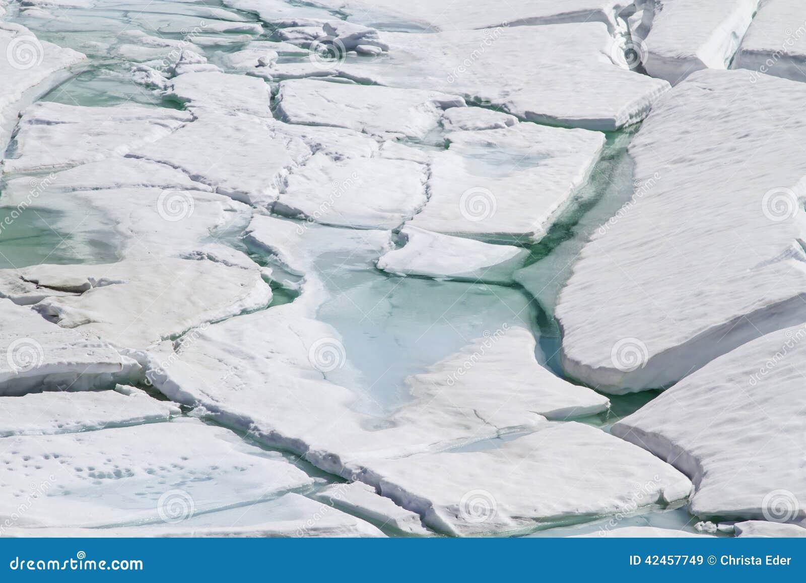 Eisklippe durch den Gebirgssee