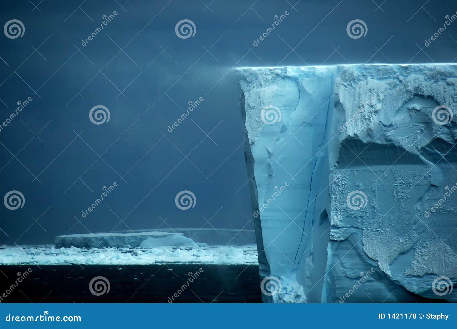 Eisregalrand mit Schneeantrieb