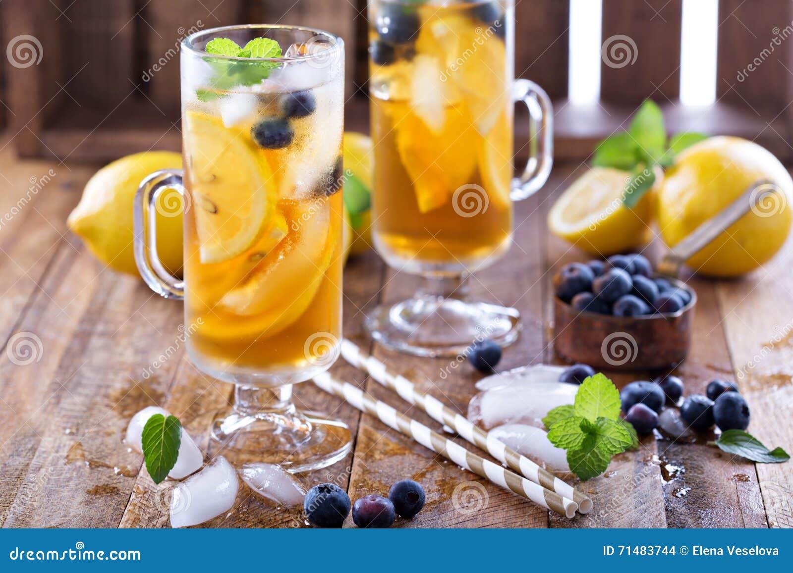 Eistee mit Blaubeeren und Zitronenscheiben