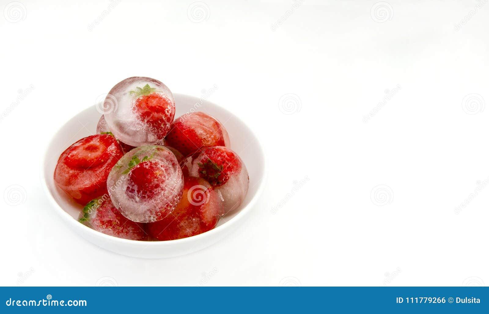 Eiswürfel mit Erdbeeren