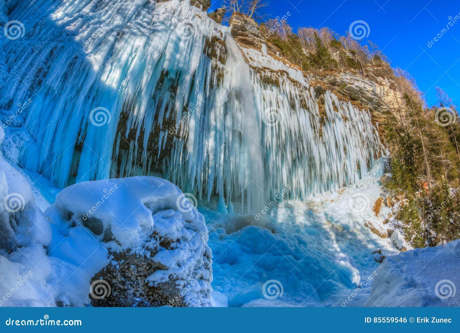 Eiszapfen, die vom Felsen durch den Pericnik-Wasserfall hängen