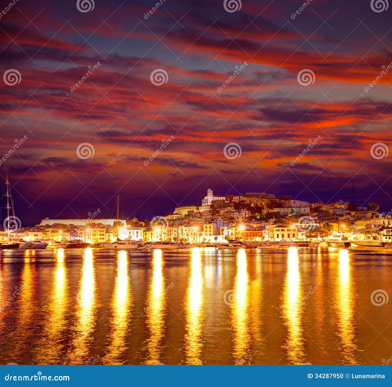Eivissa Ibiza镇街市在拜雷阿尔斯的日落