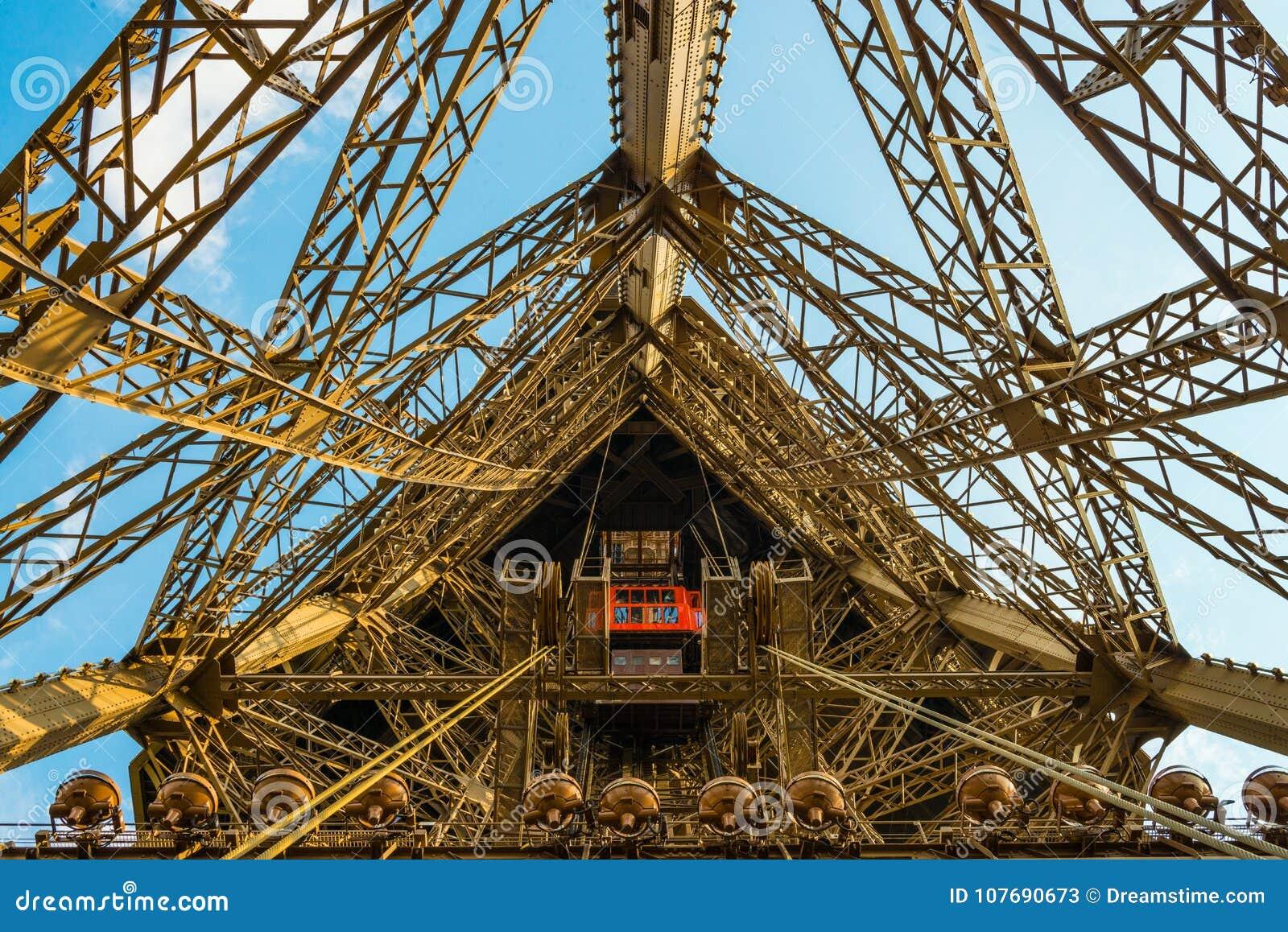 Eixo de elevador na torre Eiffel em um tiro largo do ângulo