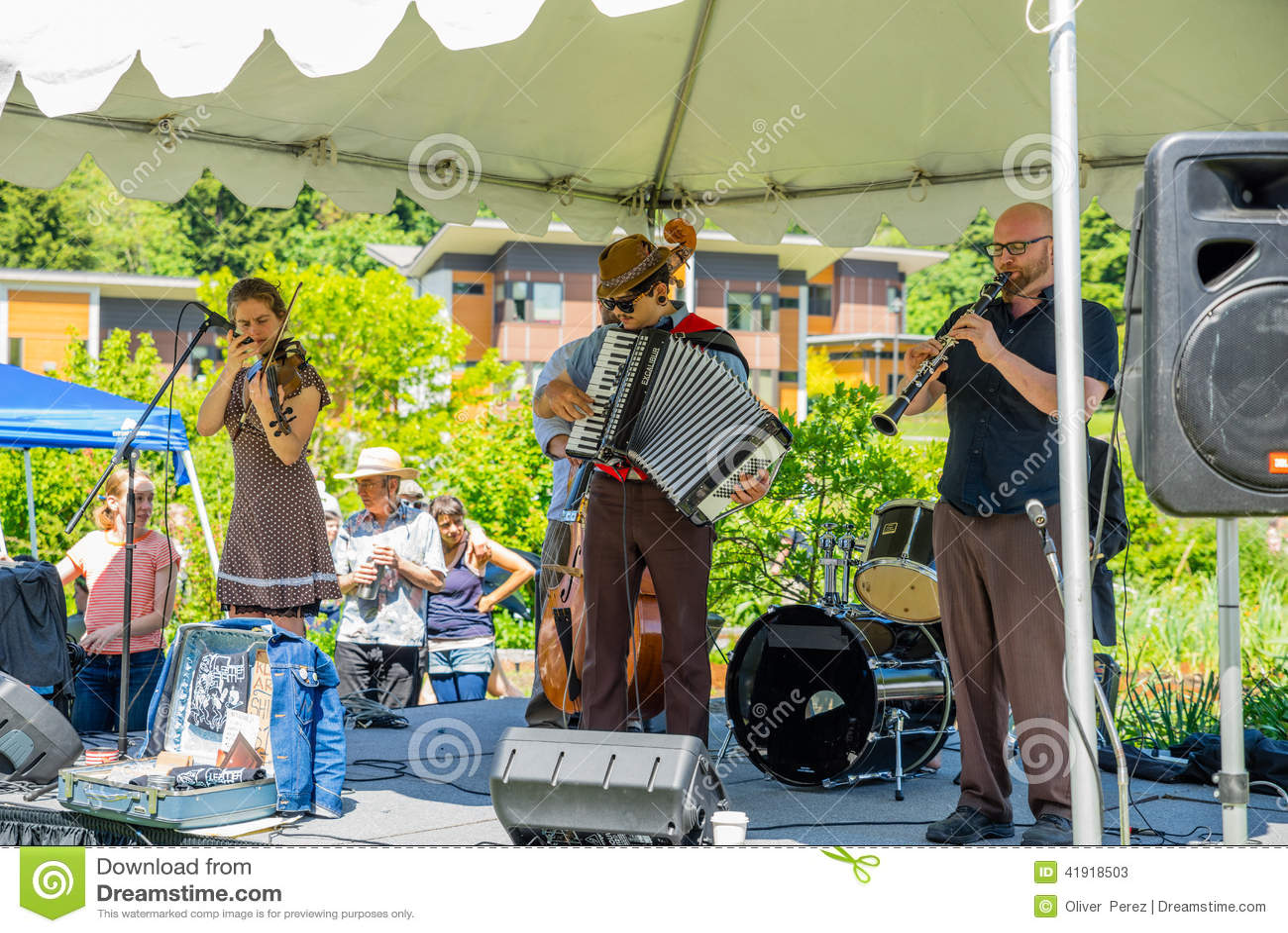 Ejército de NU Klezmer, grupo musical que siente la música