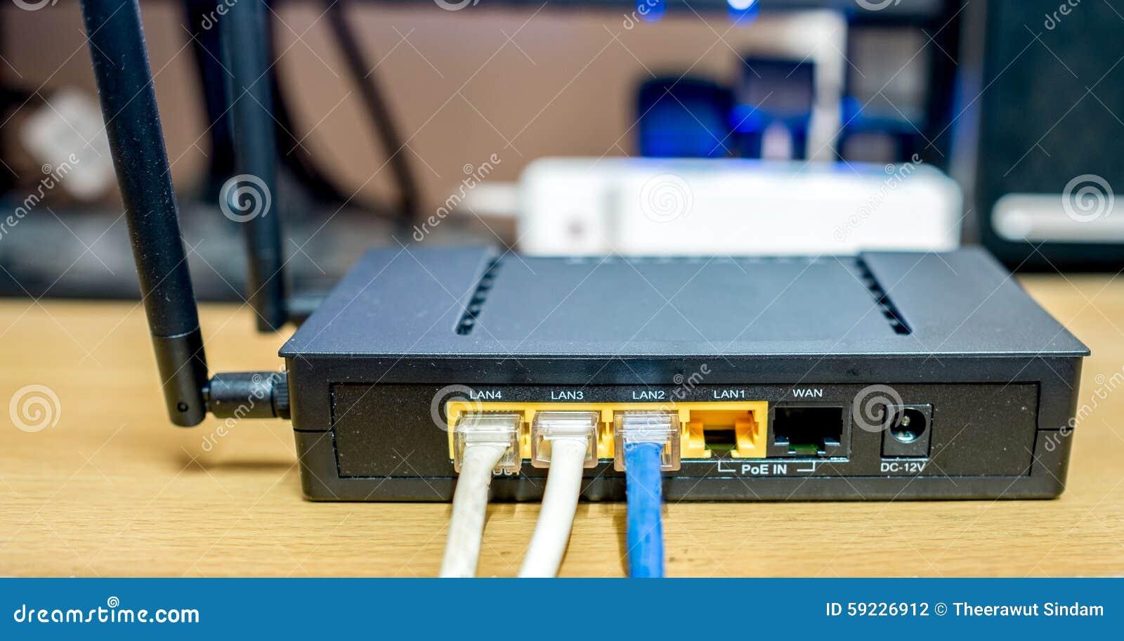 Eje de la red del router del módem con la conexión del cable