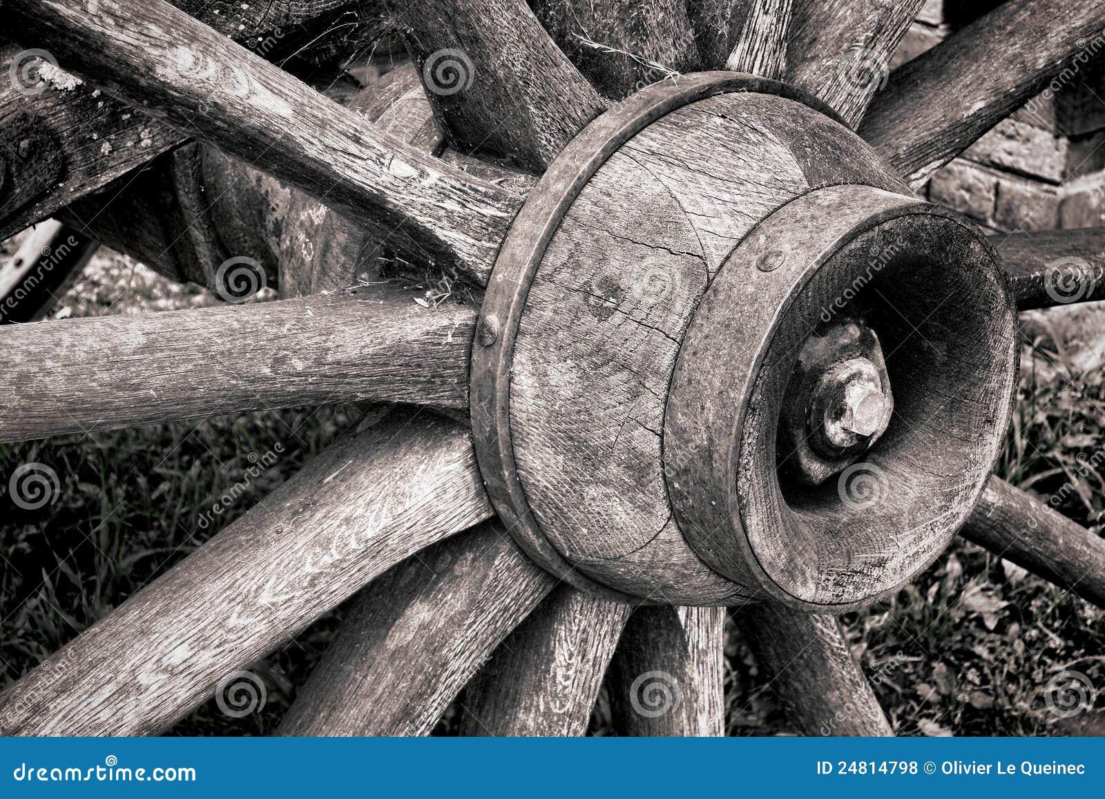 Eje de rueda de madera antiguo de carro y rayos de madera viejos