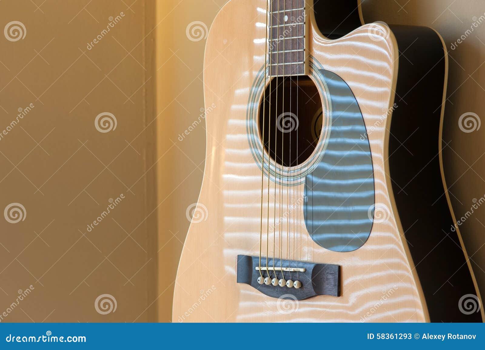 Ejecución de la guitarra acústica en la pared