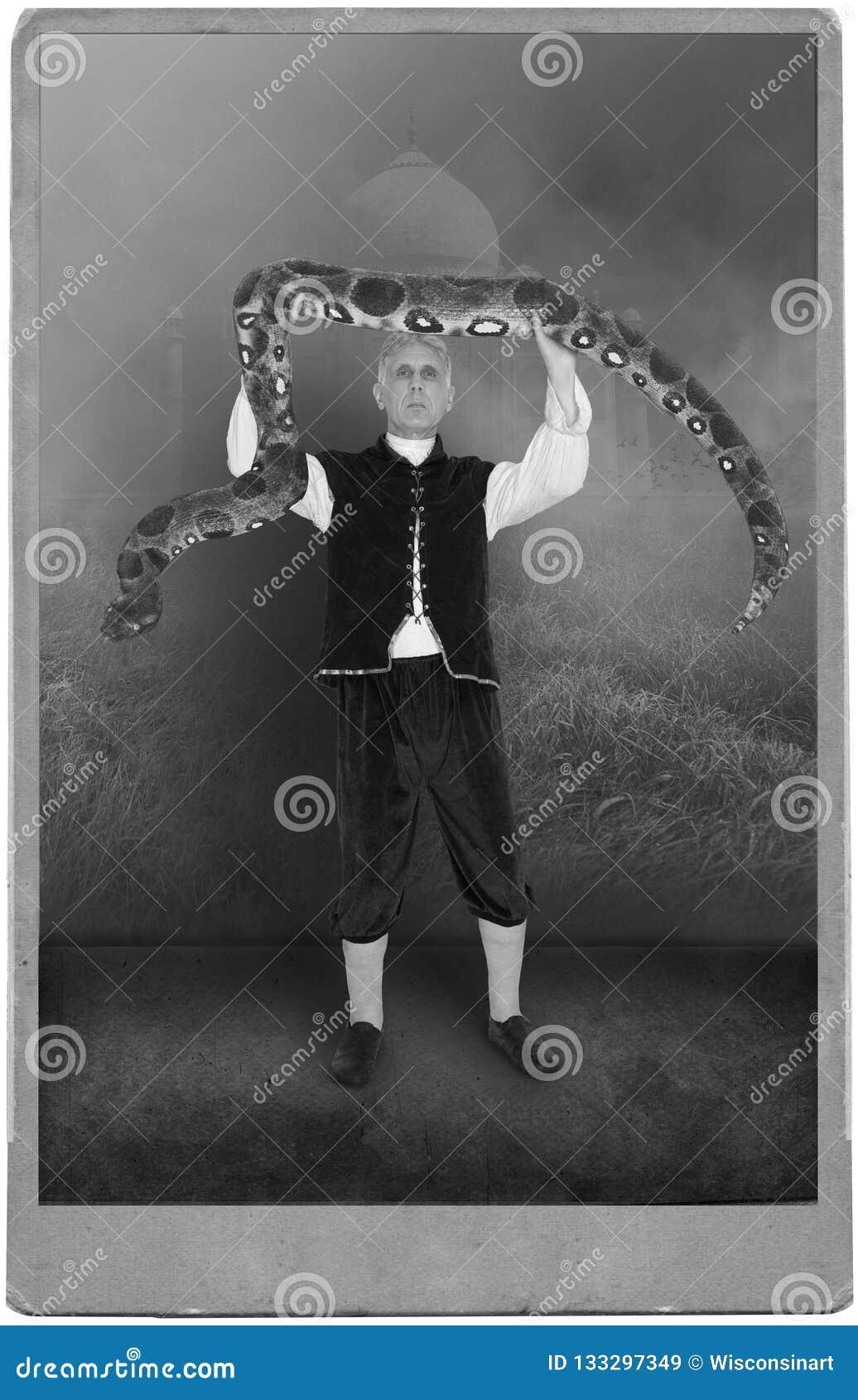 Ejecutante de circo del vintage, carnaval, serpiente, acto, demostración