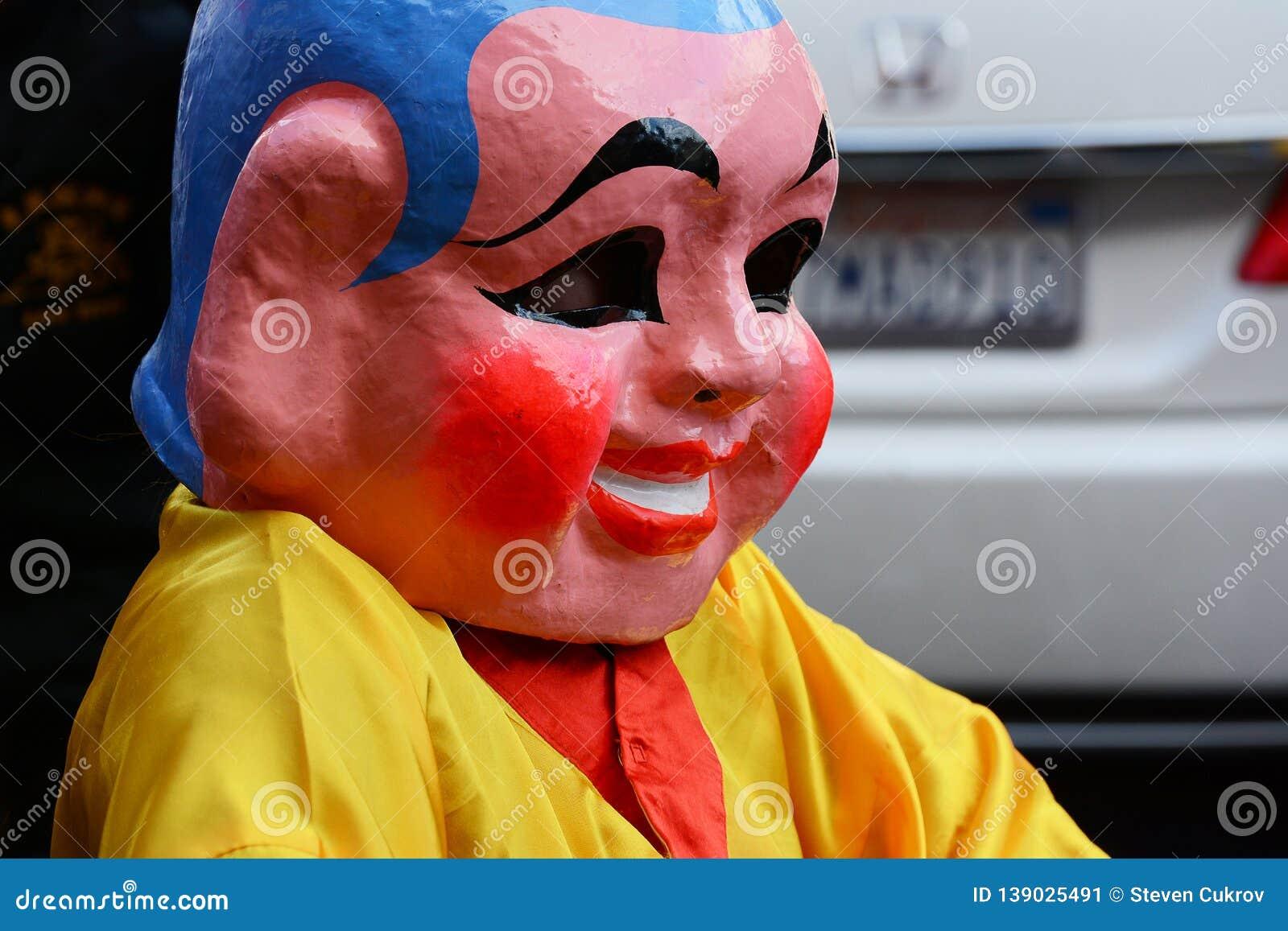 Ejecutante enmascarado en Dragon Parade de oro, celebrando el Año Nuevo chino