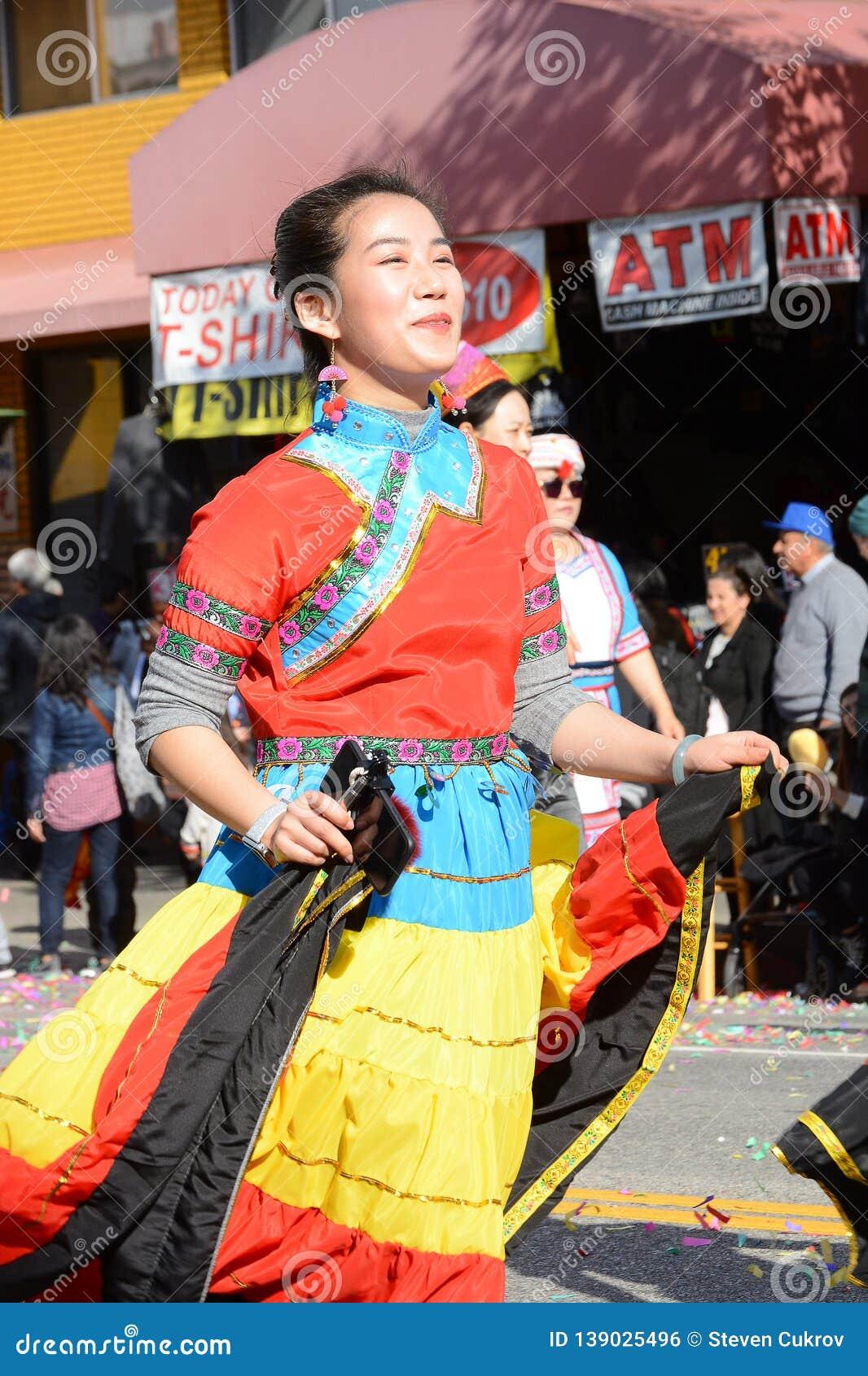 Ejecutante tailandés femenino en vestido colorido en Dragon Parade de oro, celebrando el Año Nuevo chino
