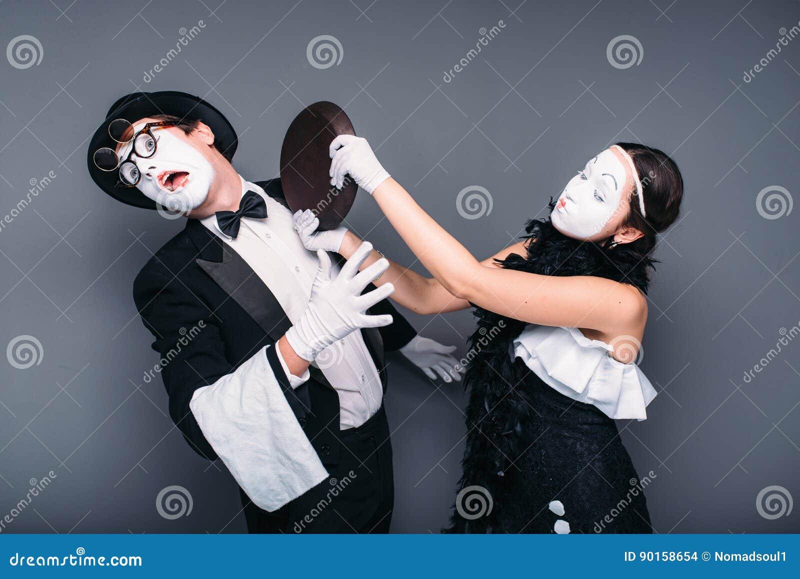 Ejecutantes del teatro de la pantomima con el sartén