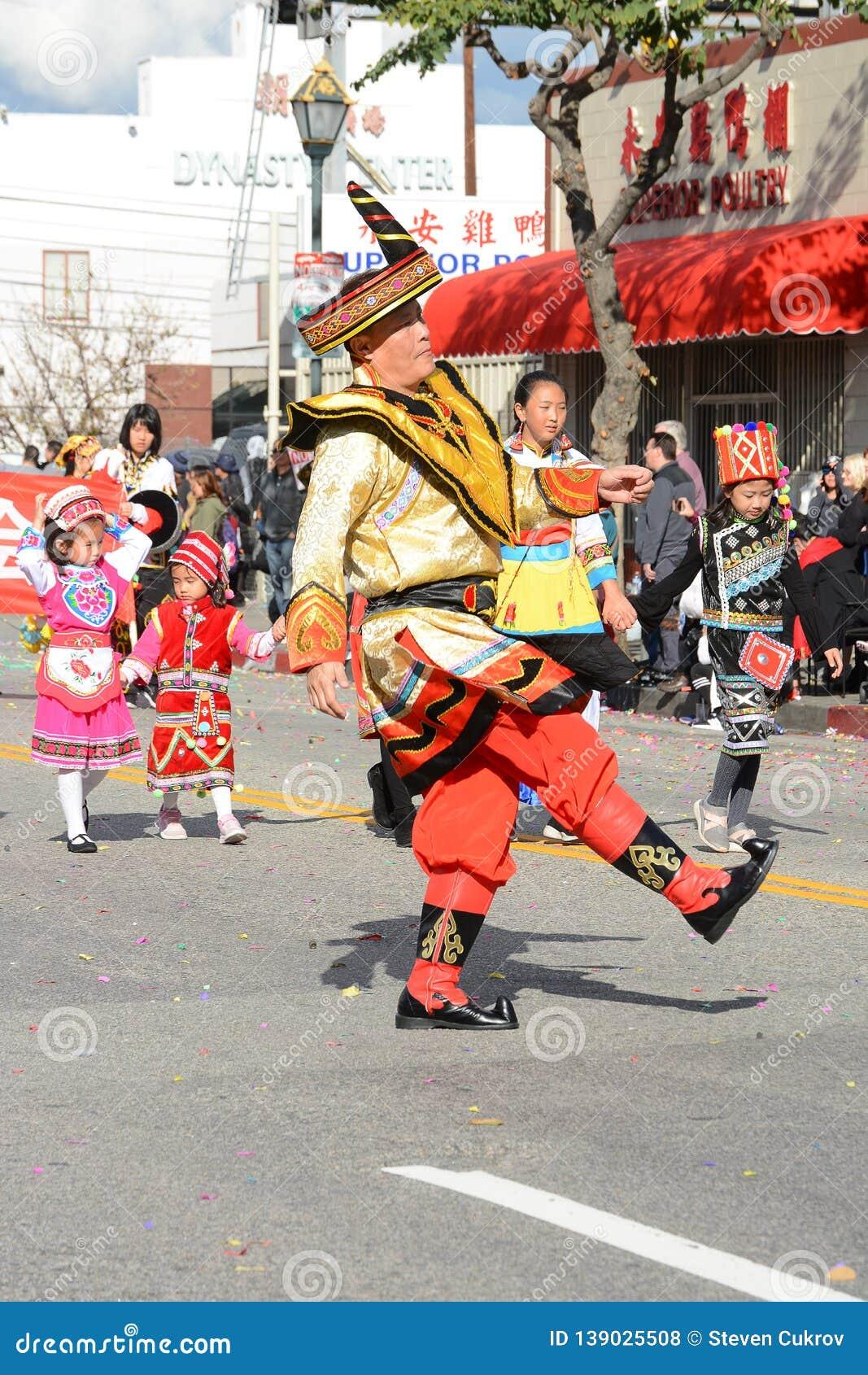 Ejecutantes tailandeses en traje tradicional en Dragon Parade de oro, celebrando el Año Nuevo chino