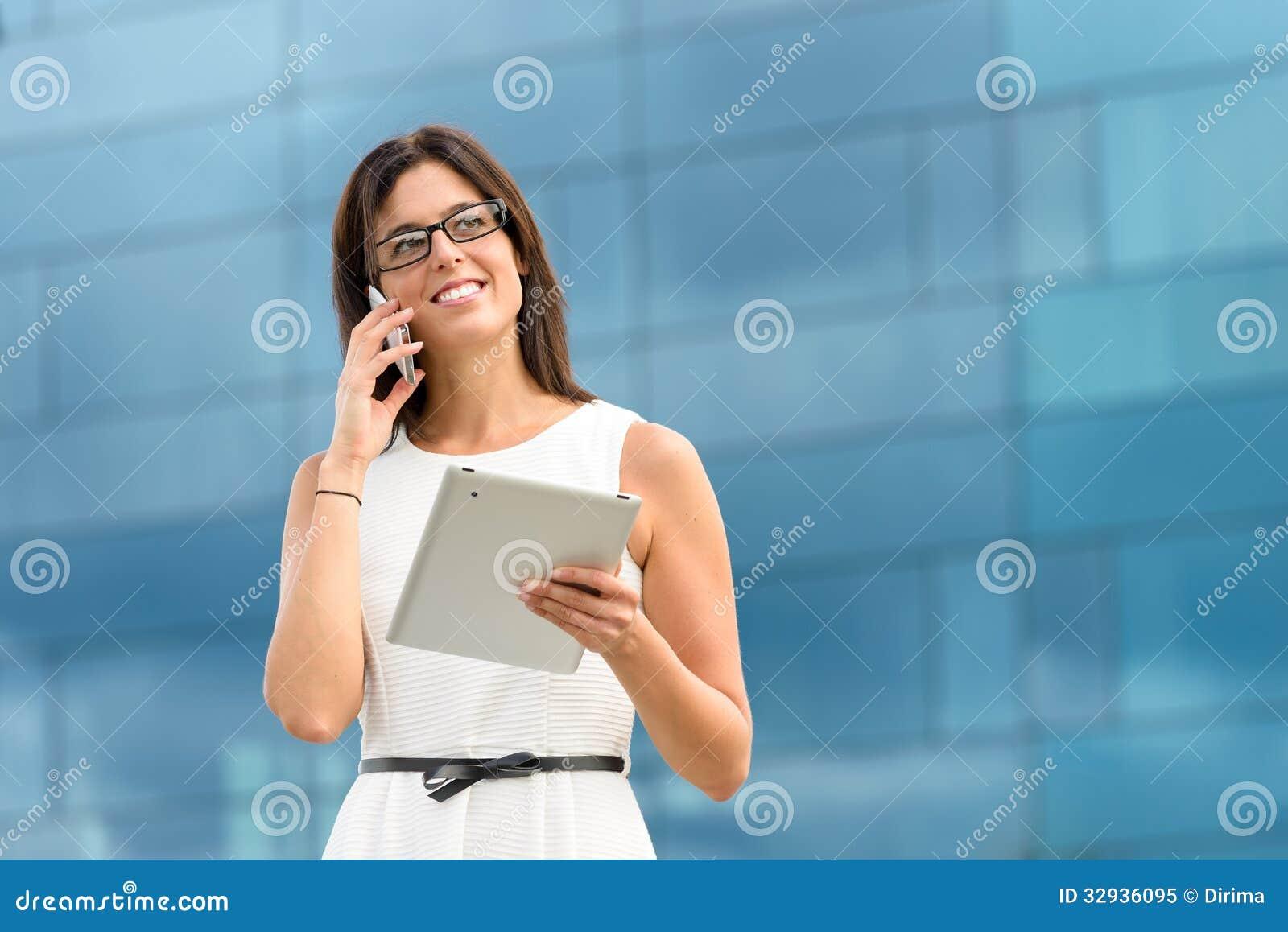 Ejecutivo de operaciones con la tableta y el teléfono