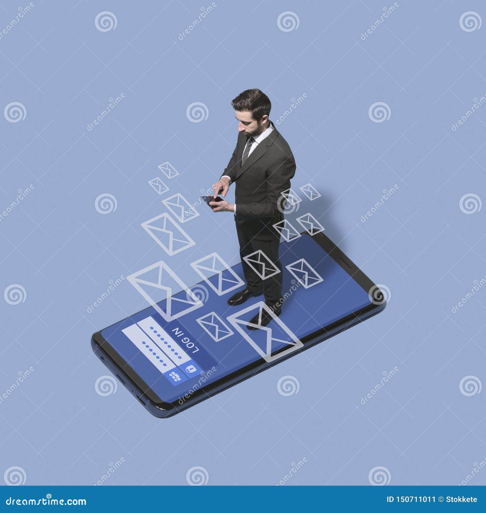 Ejecutivo de operaciones que comprueba sus mensajes en el teléfono